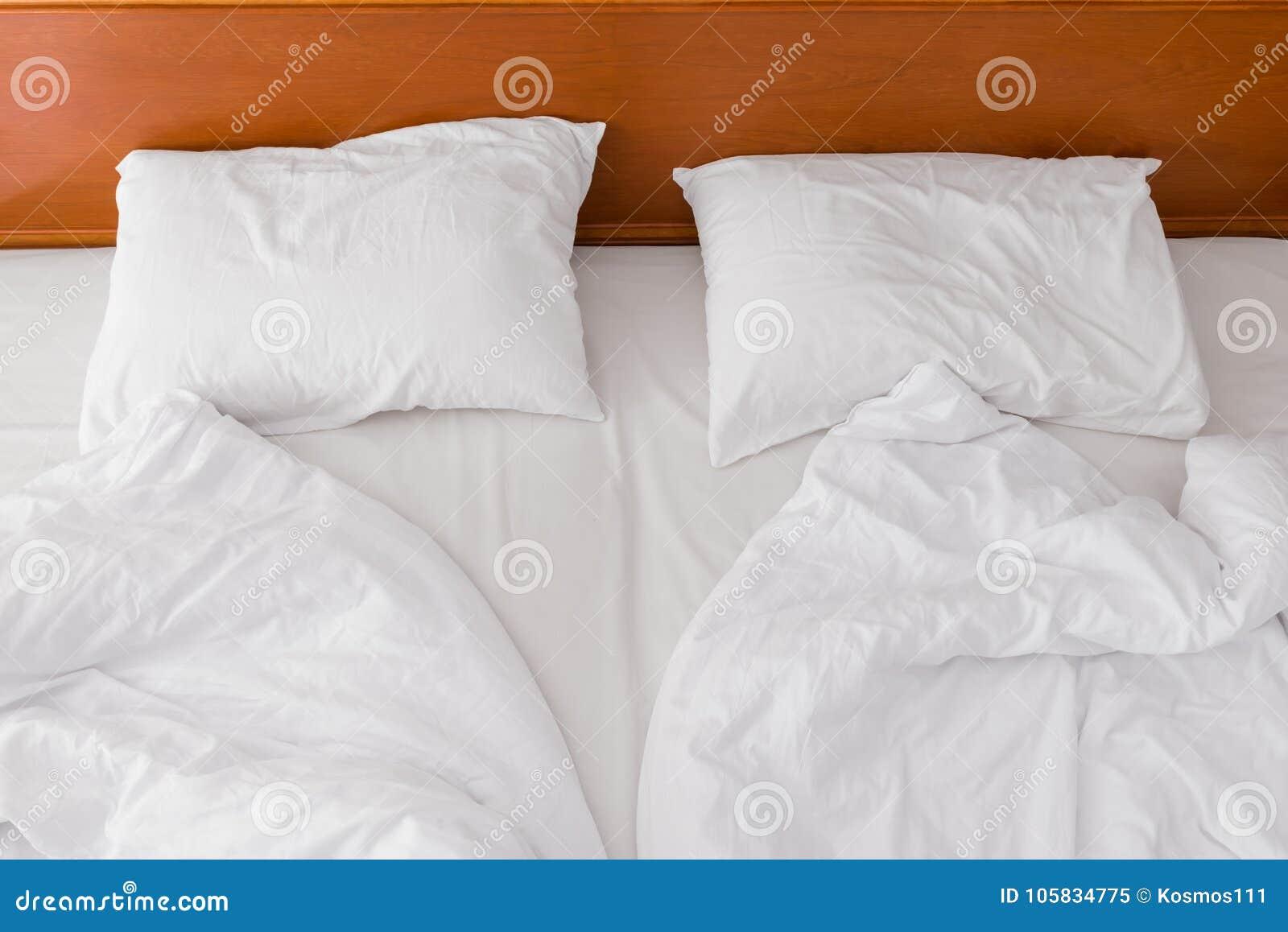 0b45df86ac5b δύο μαξιλάρια και ένα τσαλακωμένο κρεβάτι κατά την άποψη ξενοδοχείων ...