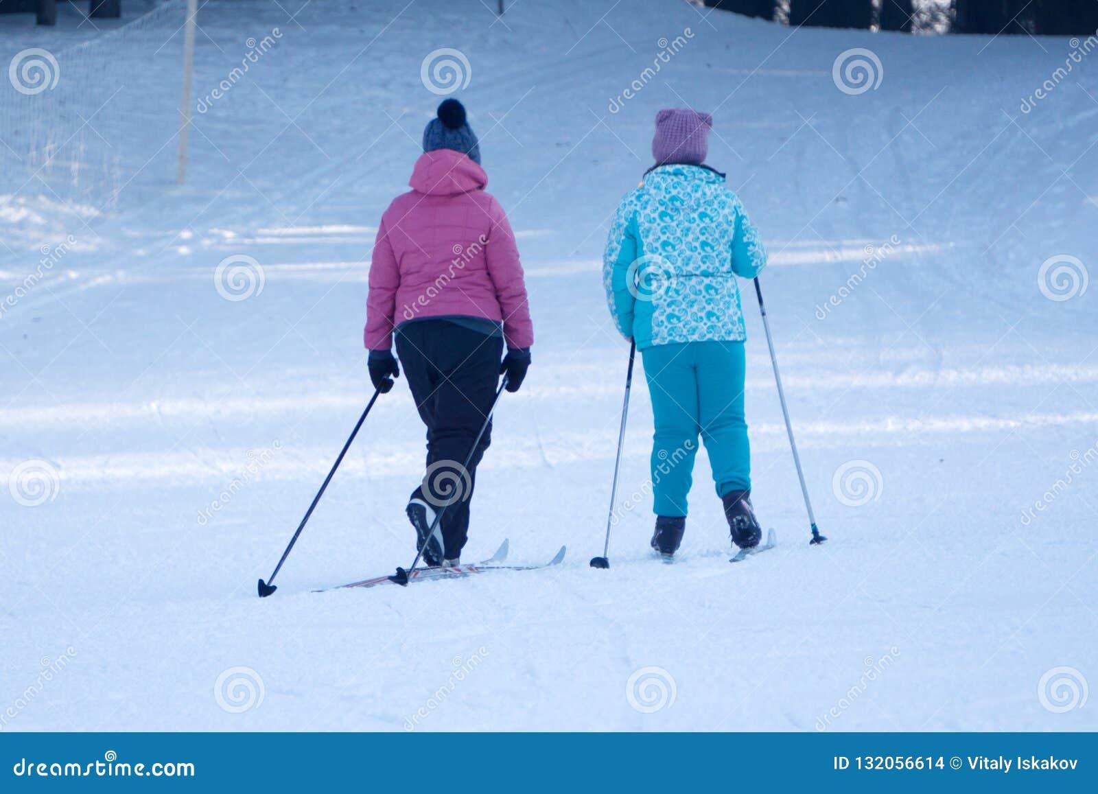 Δύο μικρά παιδιά που τρώνε στον περίπατο στο χειμερινό πάρκο