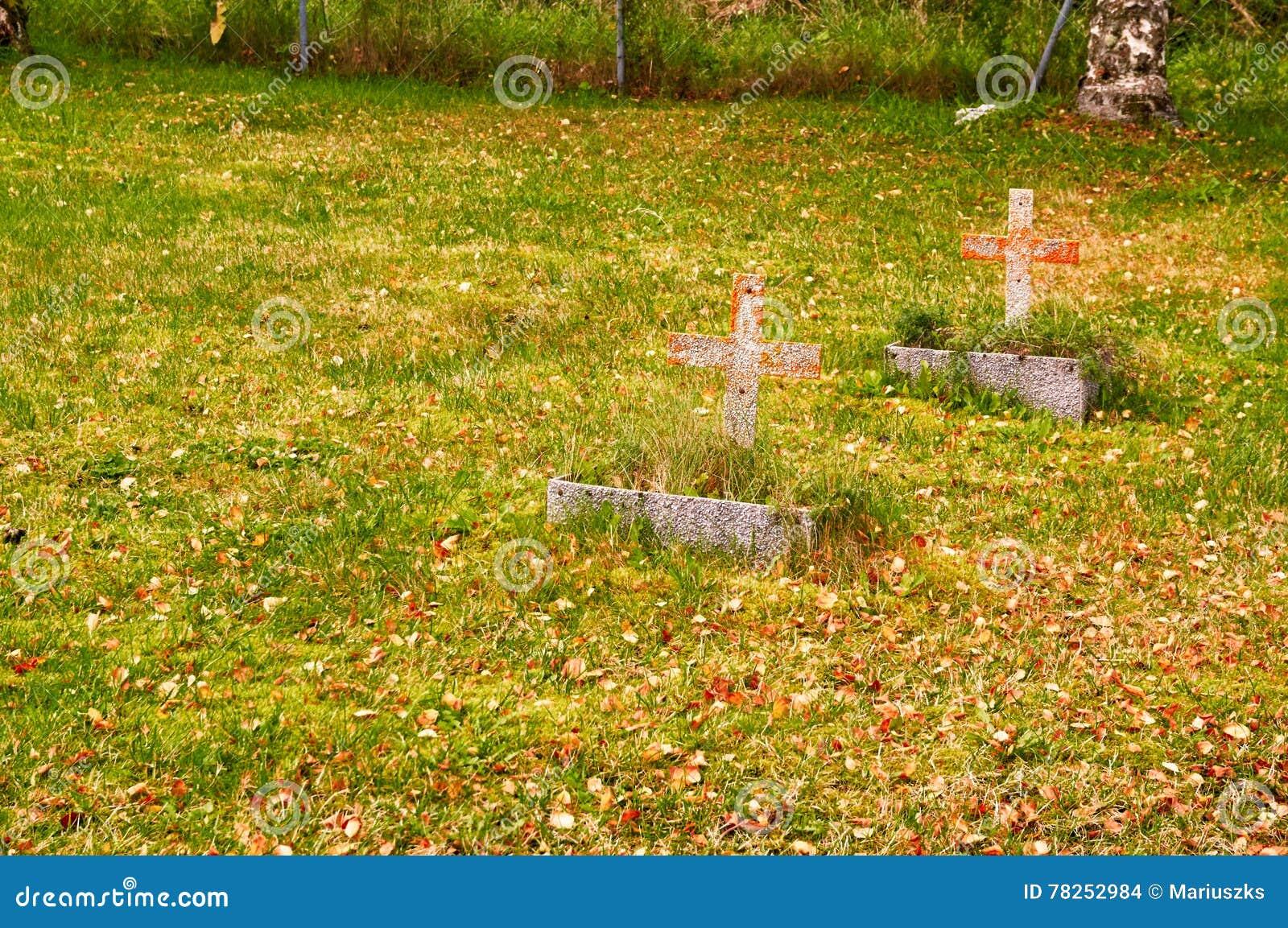 Δύο μικροί σταυροί νεκροταφείων