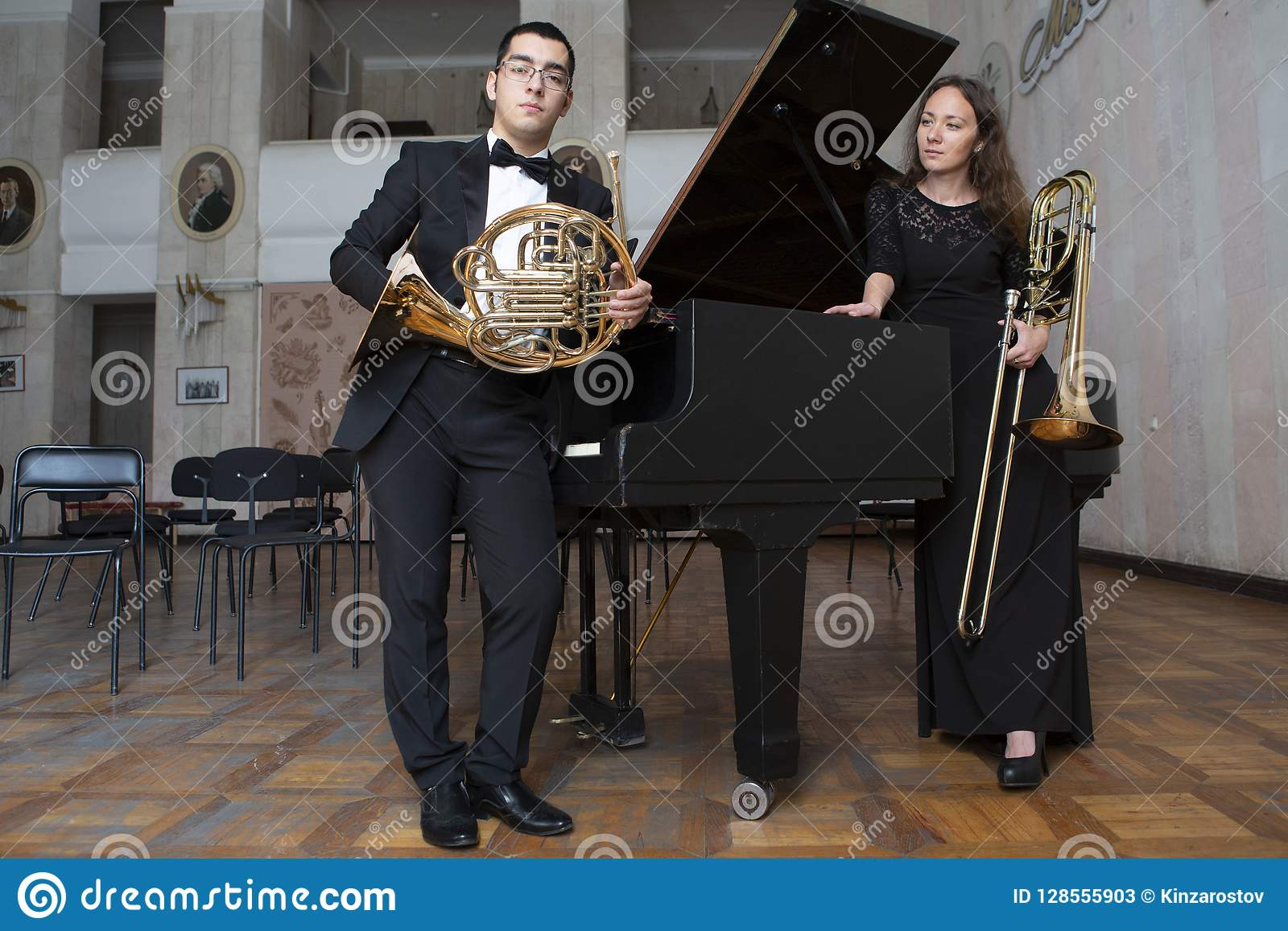 Δύο μουσικοί που παίζουν στα όργανα αέρα