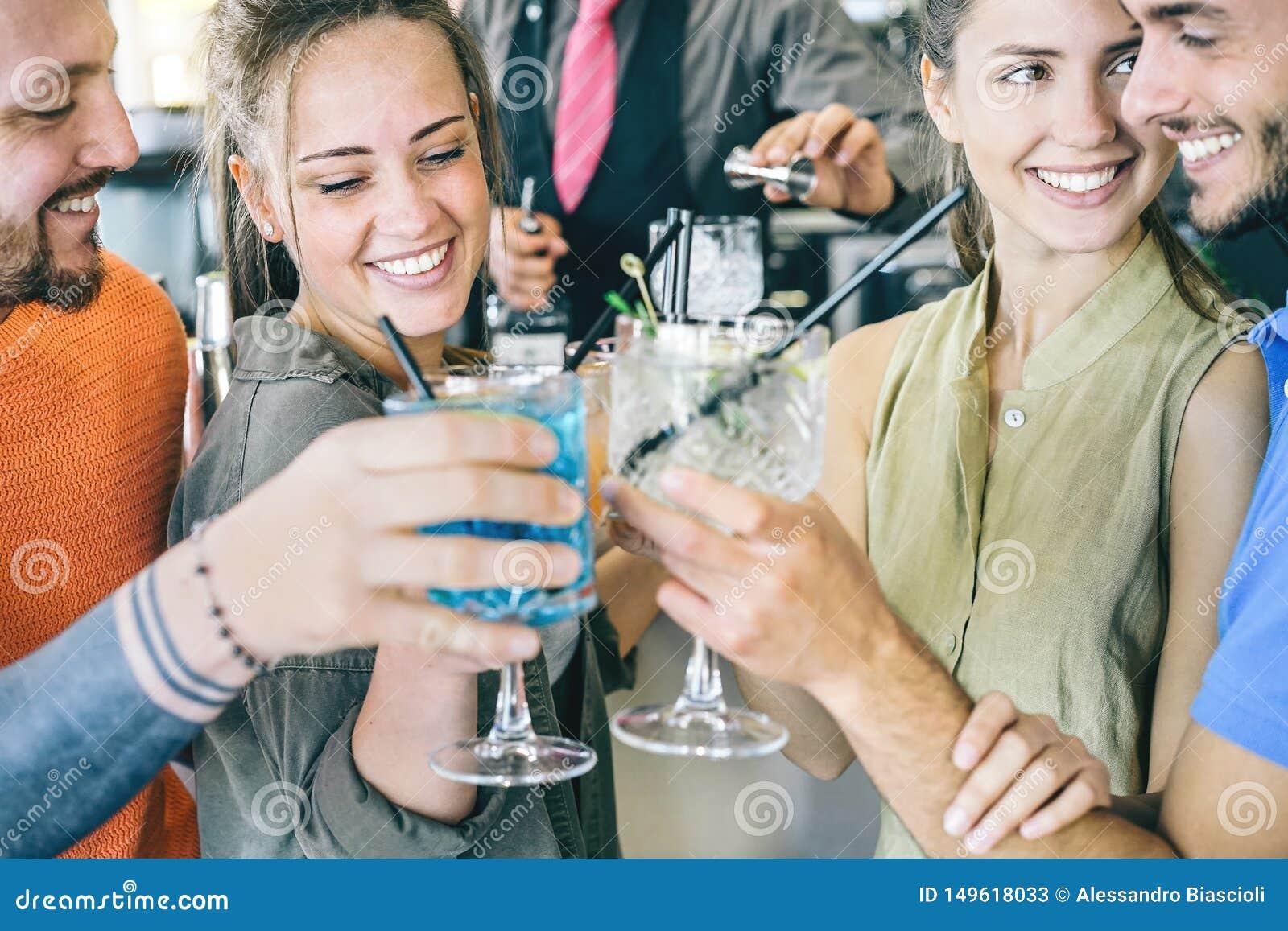 Δύο νέα ερωτευμένα ψήνοντας κοκτέιλ ζευγών σε έναν φραγμό - ευτυχείς φίλοι που χρονολογούν μαζί να κάνει τις ευθυμίες με τα ποτά