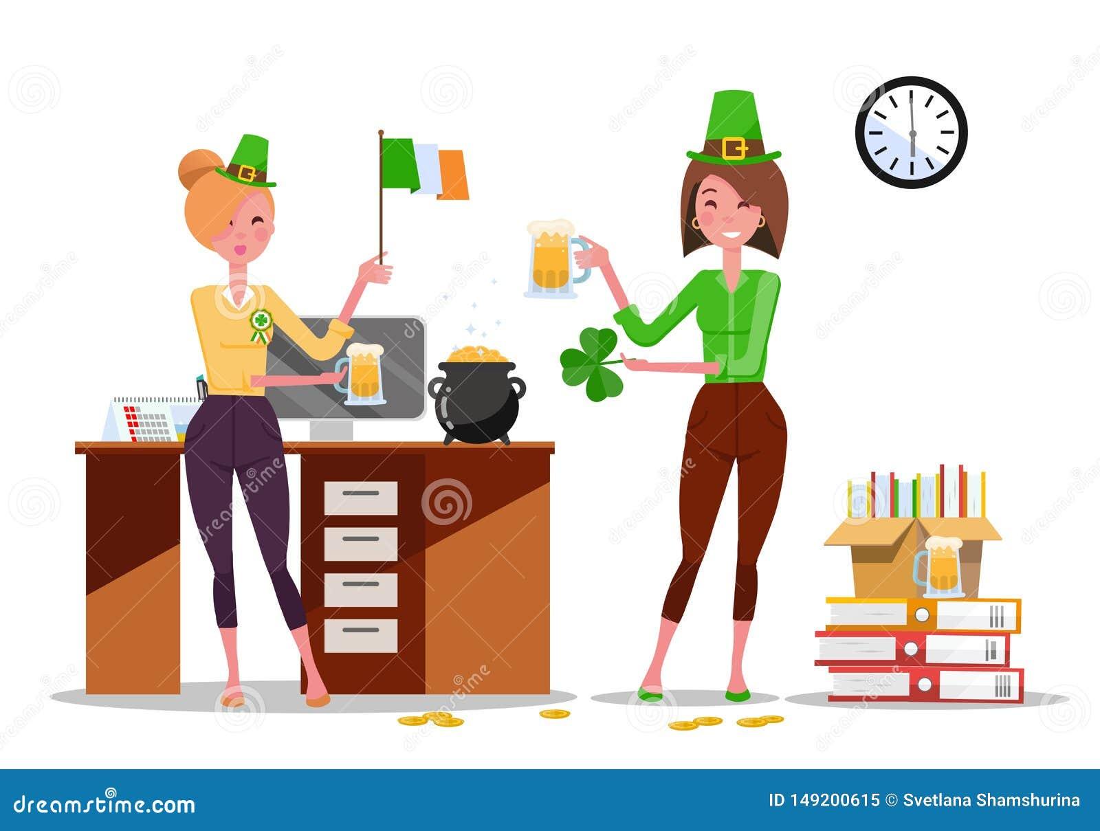 Δύο νέοι εργαζόμενοι γραφείων γυναικών γιορτάζουν την ημέρα του ST Πάτρικ στον εργασιακό χώρο με τις κούπες μπύρας, σημαία της Ιρ