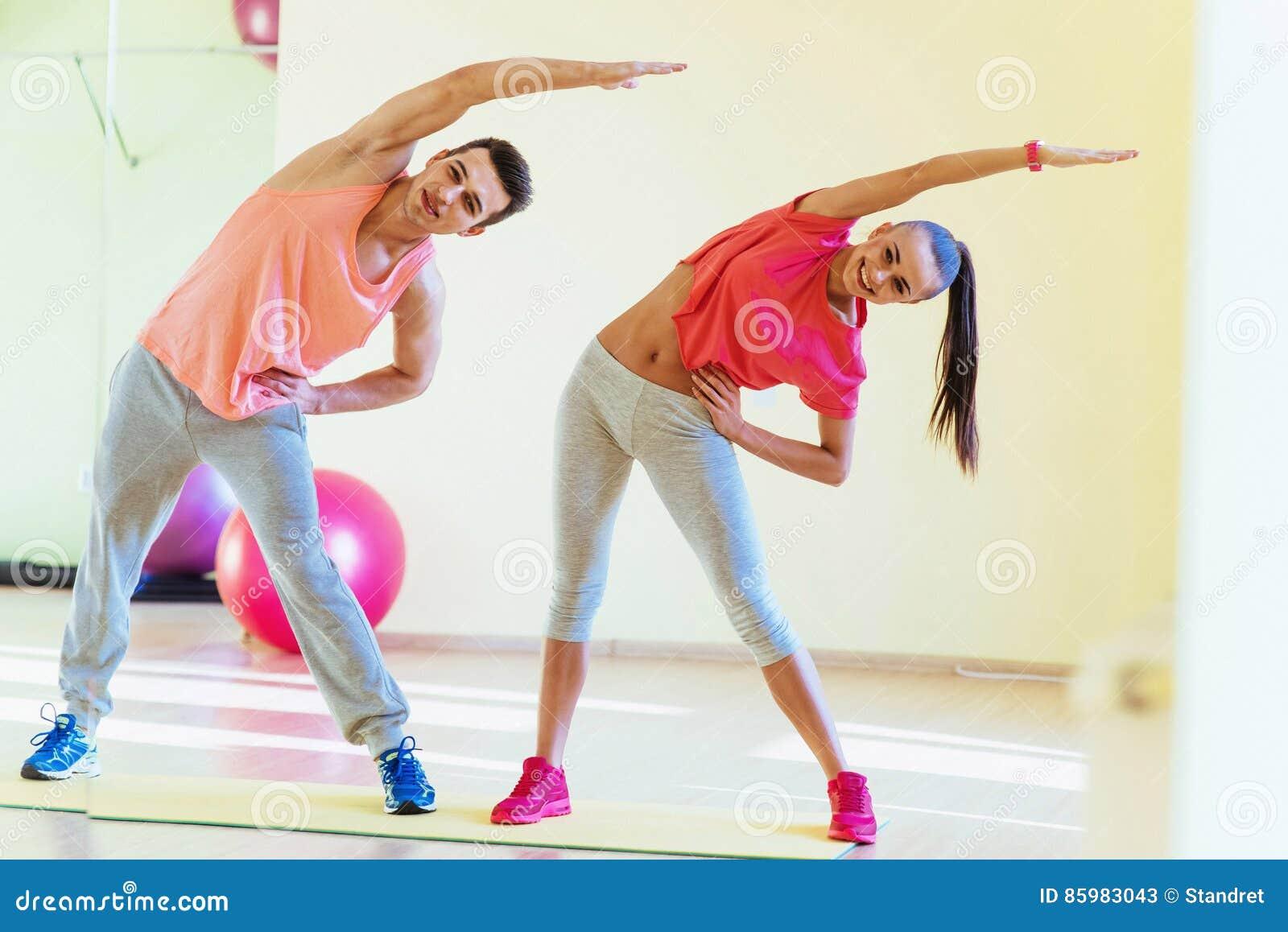 Δύο νέοι στη γυμναστική που κάνει τις ασκήσεις για την ικανότητα