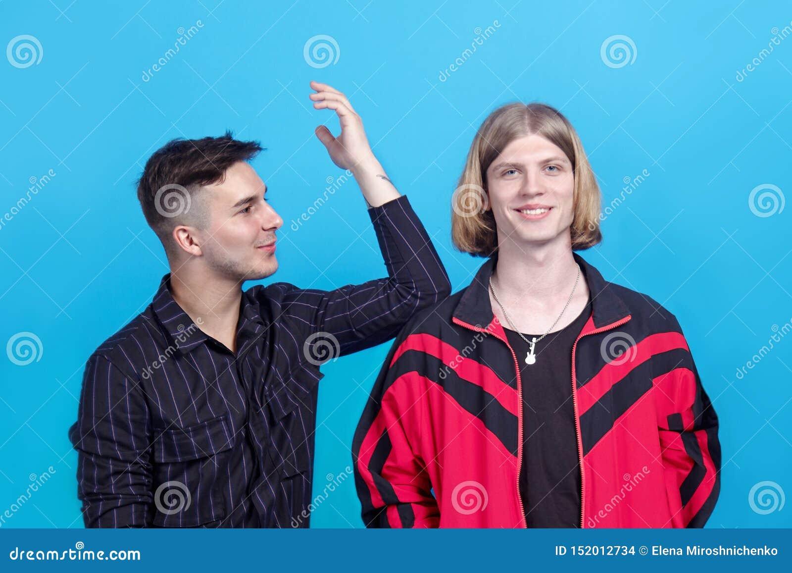 Δύο νέοι όμορφοι τύποι, συζήτηση ο ένας στον άλλο, χαμόγελο Ομοφυλοφιλική σχέση ή στενή φιλία