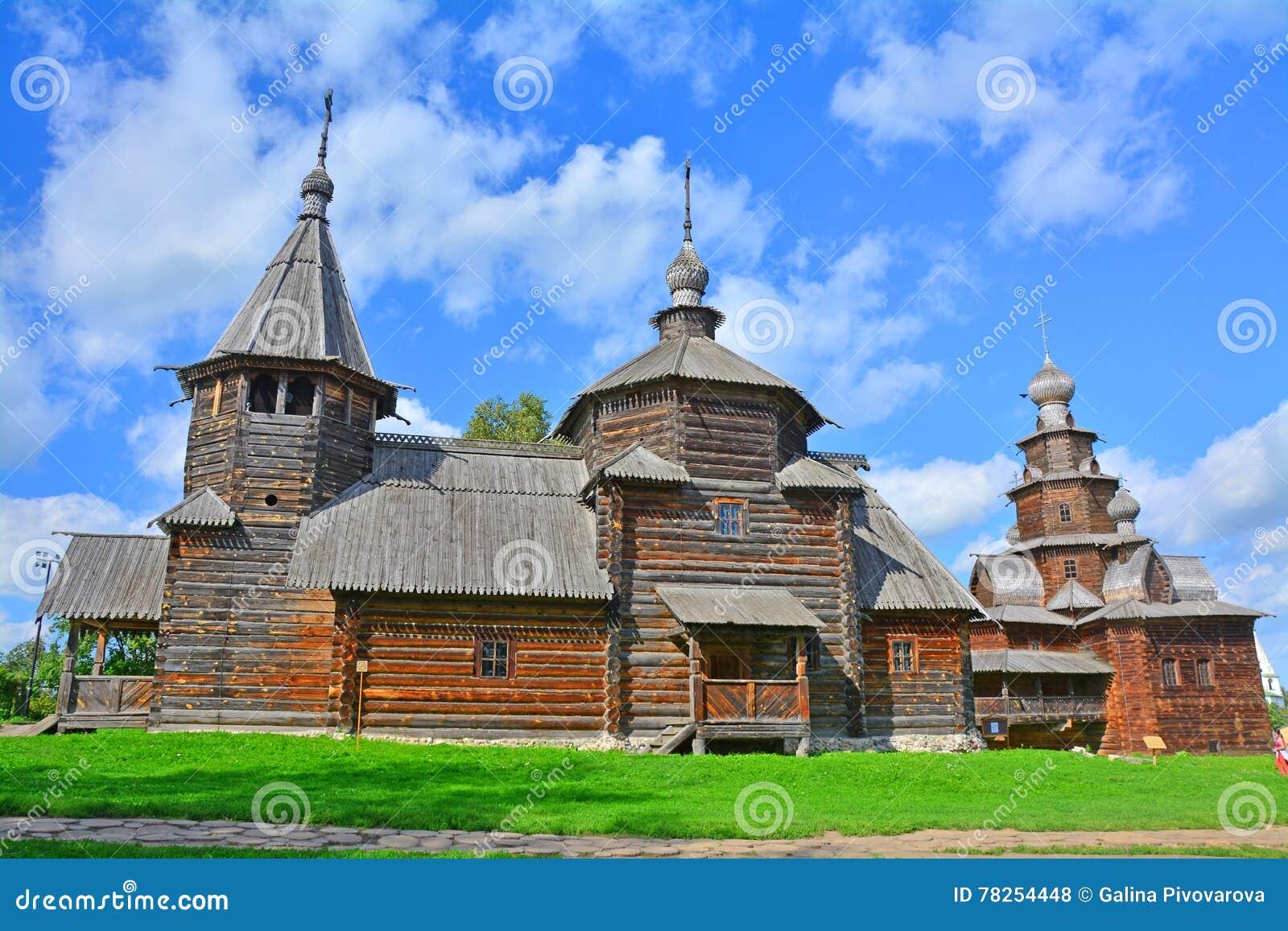 Δύο ξύλινες αρχαίες εκκλησίες του 19ου αιώνα στο μουσείο της ξύλινης αρχιτεκτονικής στο Σούζνταλ, Ρωσία