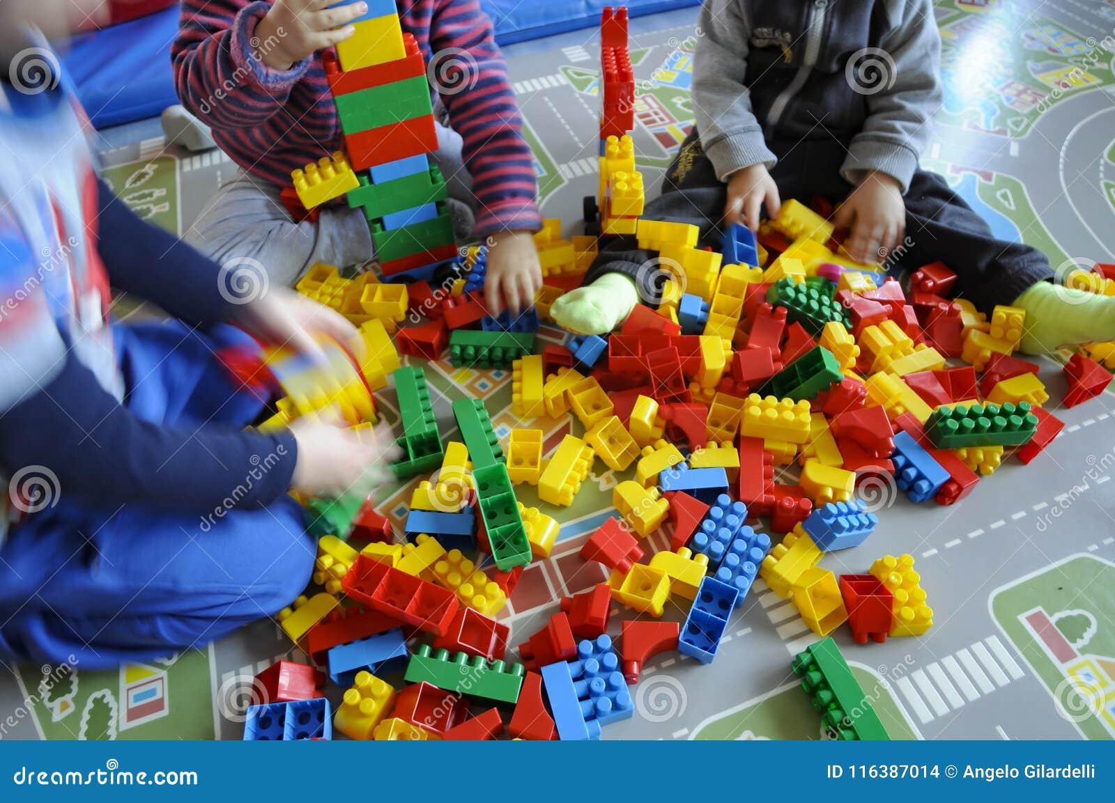 edca36e2b583 Δύο παιδιά που παίζουν στο πάτωμα Στοκ Εικόνες - εικόνα από άνθρωποι ...
