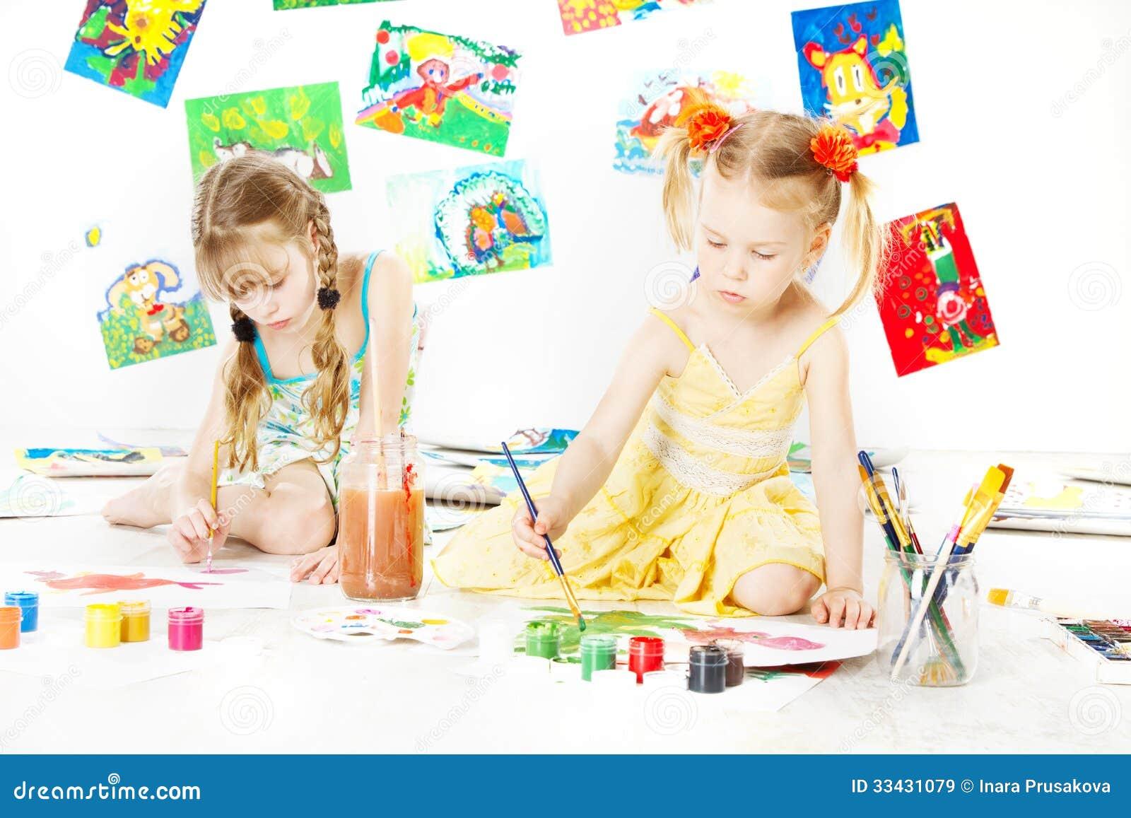 Δύο παιδιά που σύρουν με τη βούρτσα χρώματος. δημιουργικός