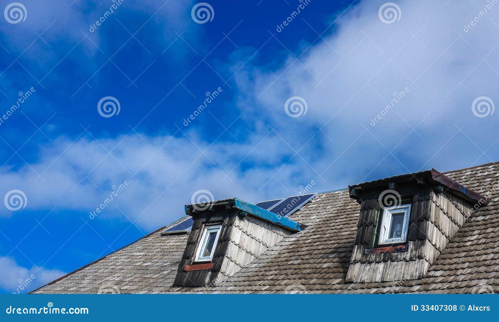 Δύο παράθυρα και στέγη σοφιτών