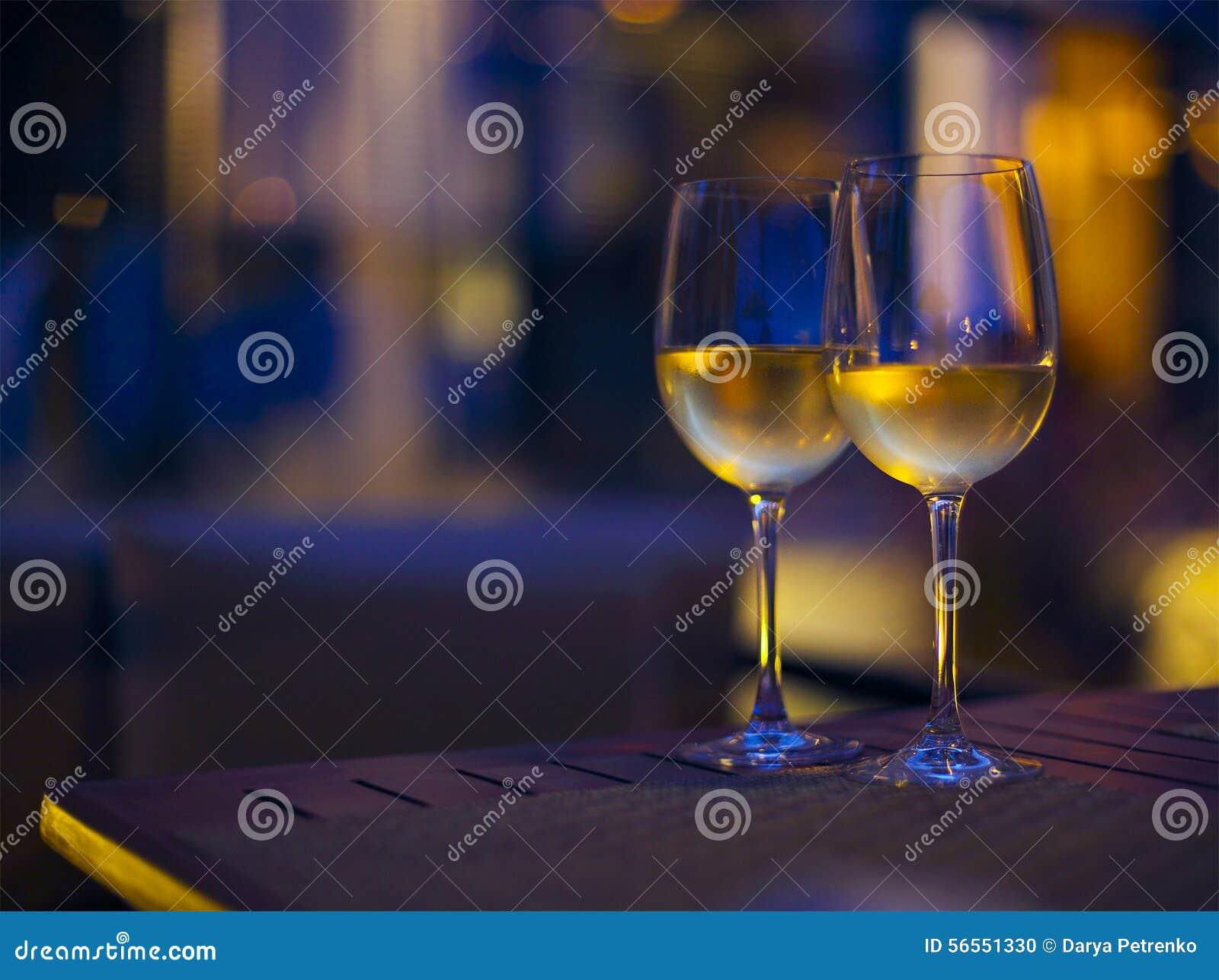 Download Δύο ποτήρια του άσπρου κρασιού στη νύχτα Στοκ Εικόνες - εικόνα από φω, διαφήμιση: 56551330