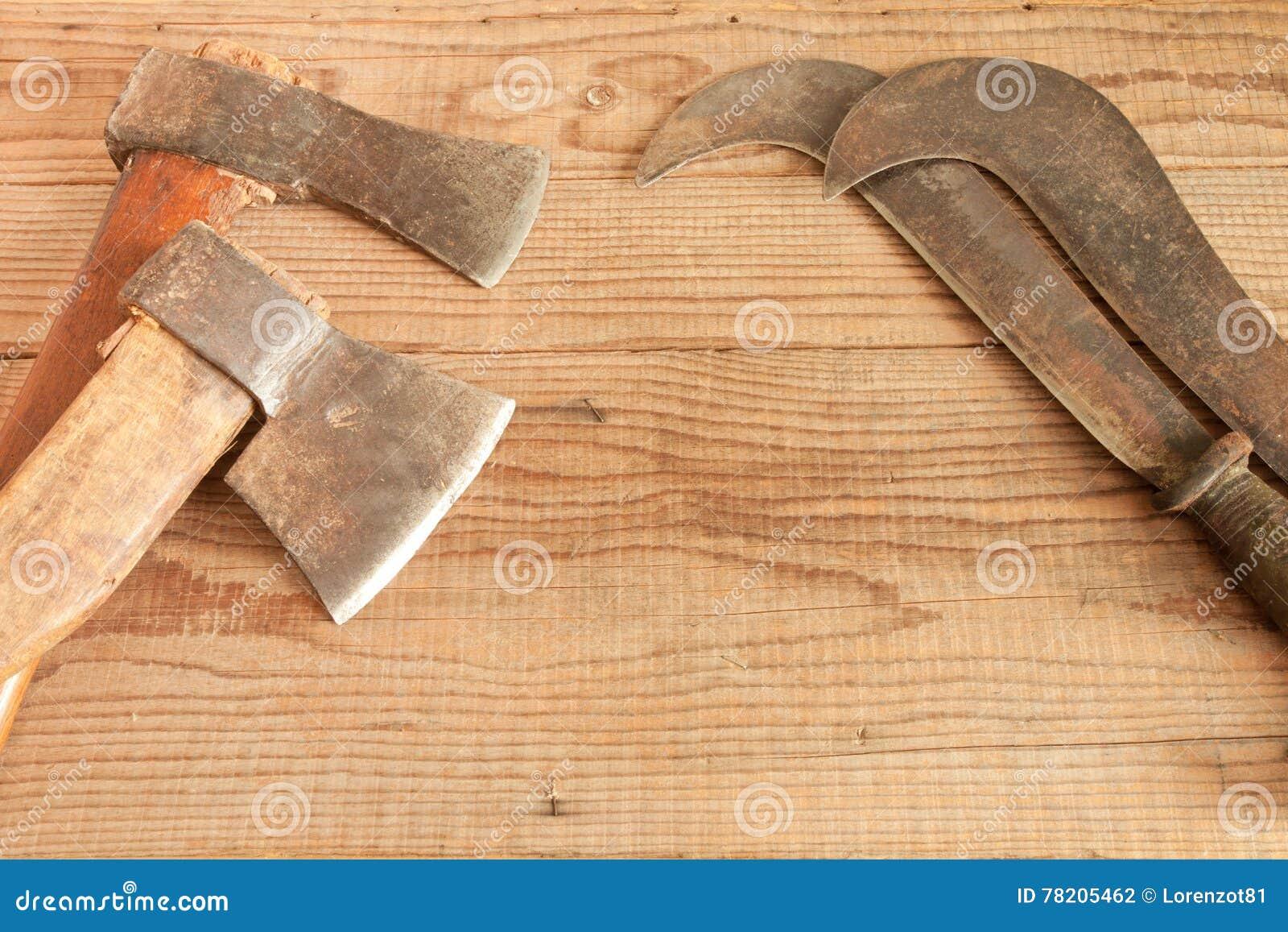 Δύο που χρονολογούνται και χρησιμοποιημένοι μπαλτάδες και κλαδευτήρια στο ξύλινο υπόβαθρο