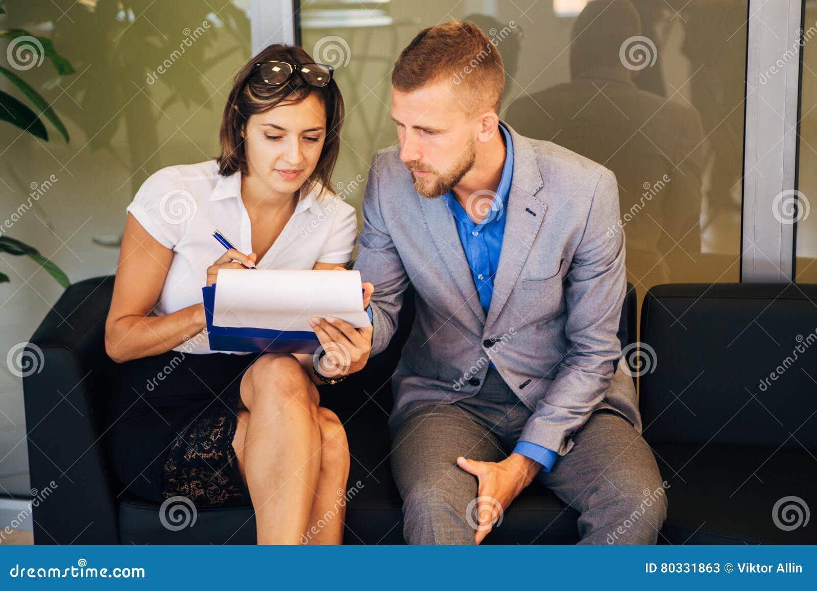 Δύο συνάδελφοι που συζητούν μια επιχειρησιακή ιδέα στο γραφείο