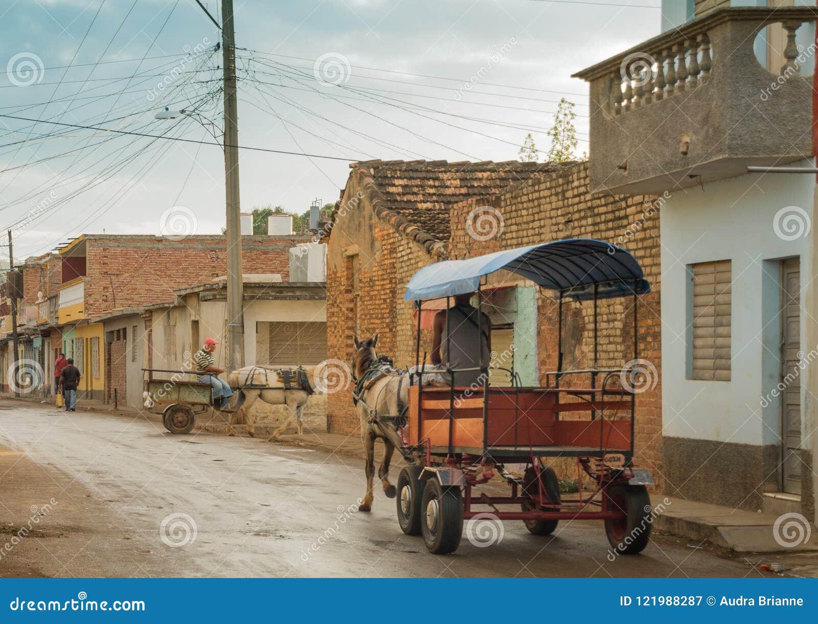 Δύο συρμένες άλογο μεταφορές παράδοσης στις οδούς του Τρινιδάδ, Κούβα