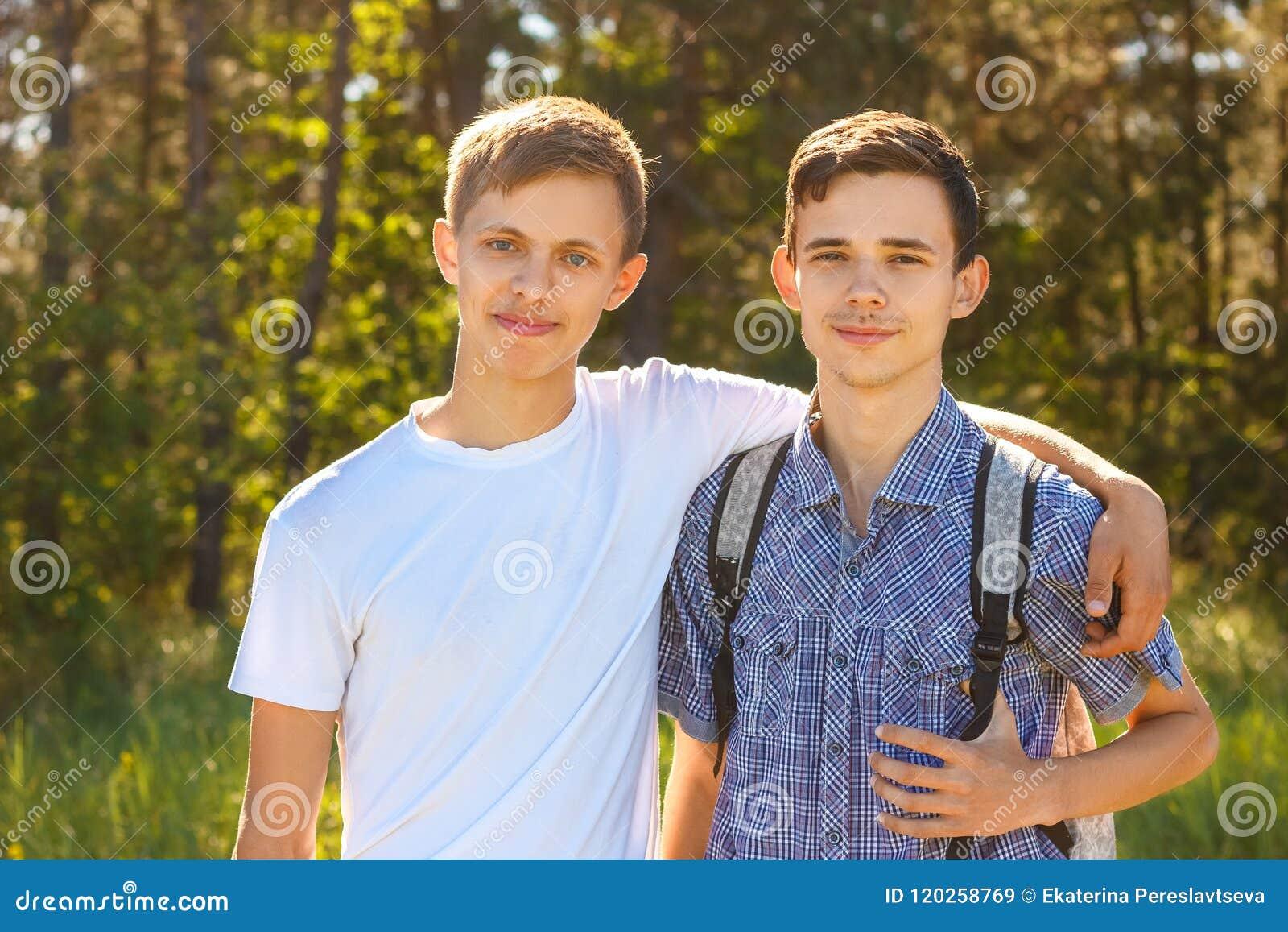 Δύο τύποι που αγκαλιάζουν μια ηλιόλουστη ημέρα