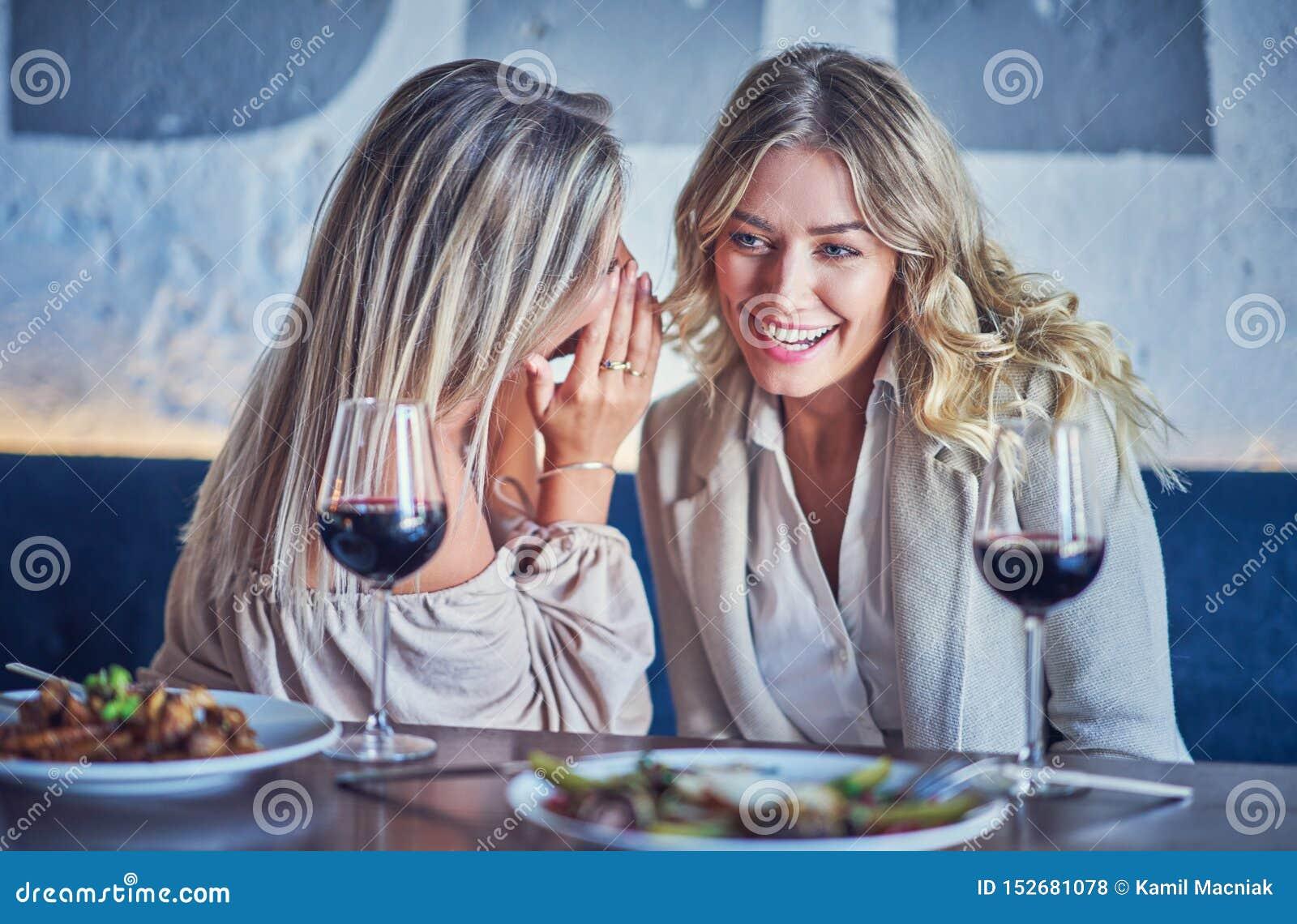 Δύο φίλοι κοριτσιών που τρώνε το μεσημεριανό γεύμα στο εστιατόριο