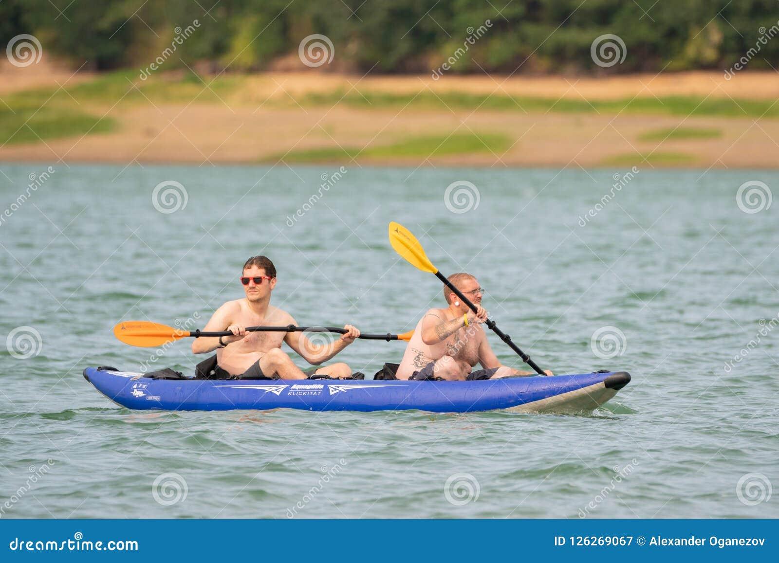 Δύο φίλοι στη λίμνη