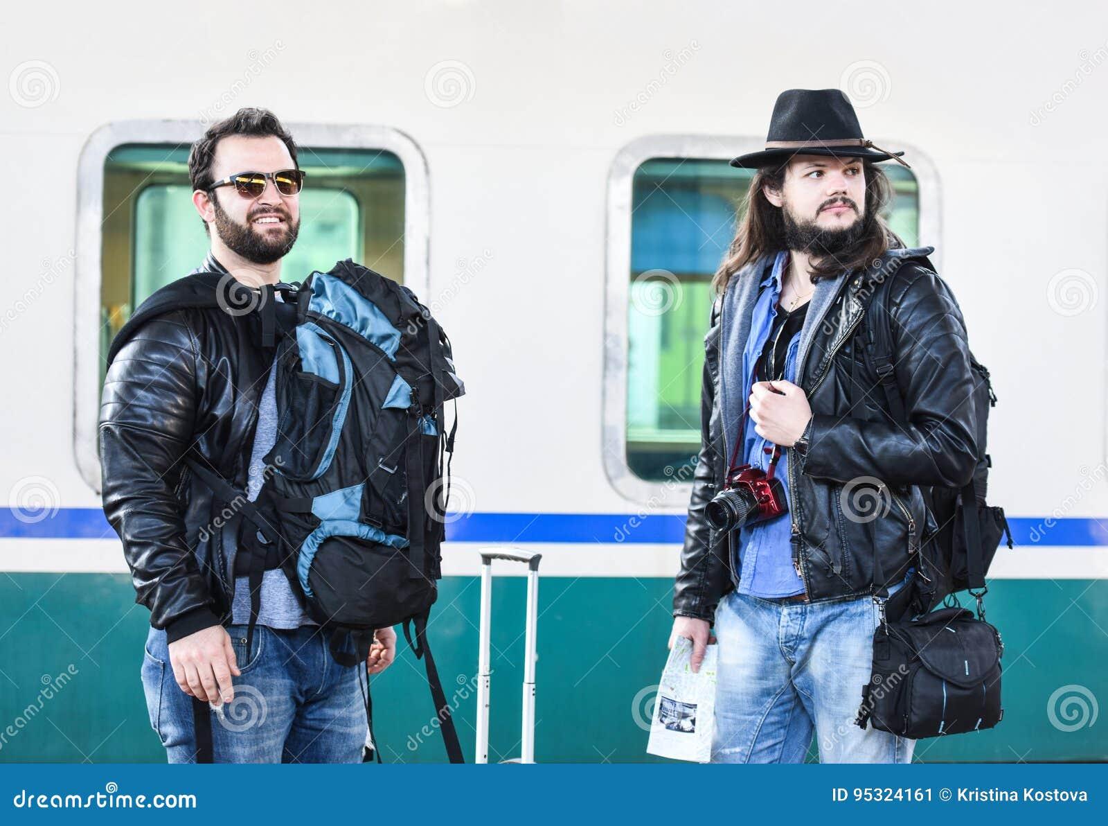 Δύο φίλοι περιμένουν το τραίνο να έρθουν