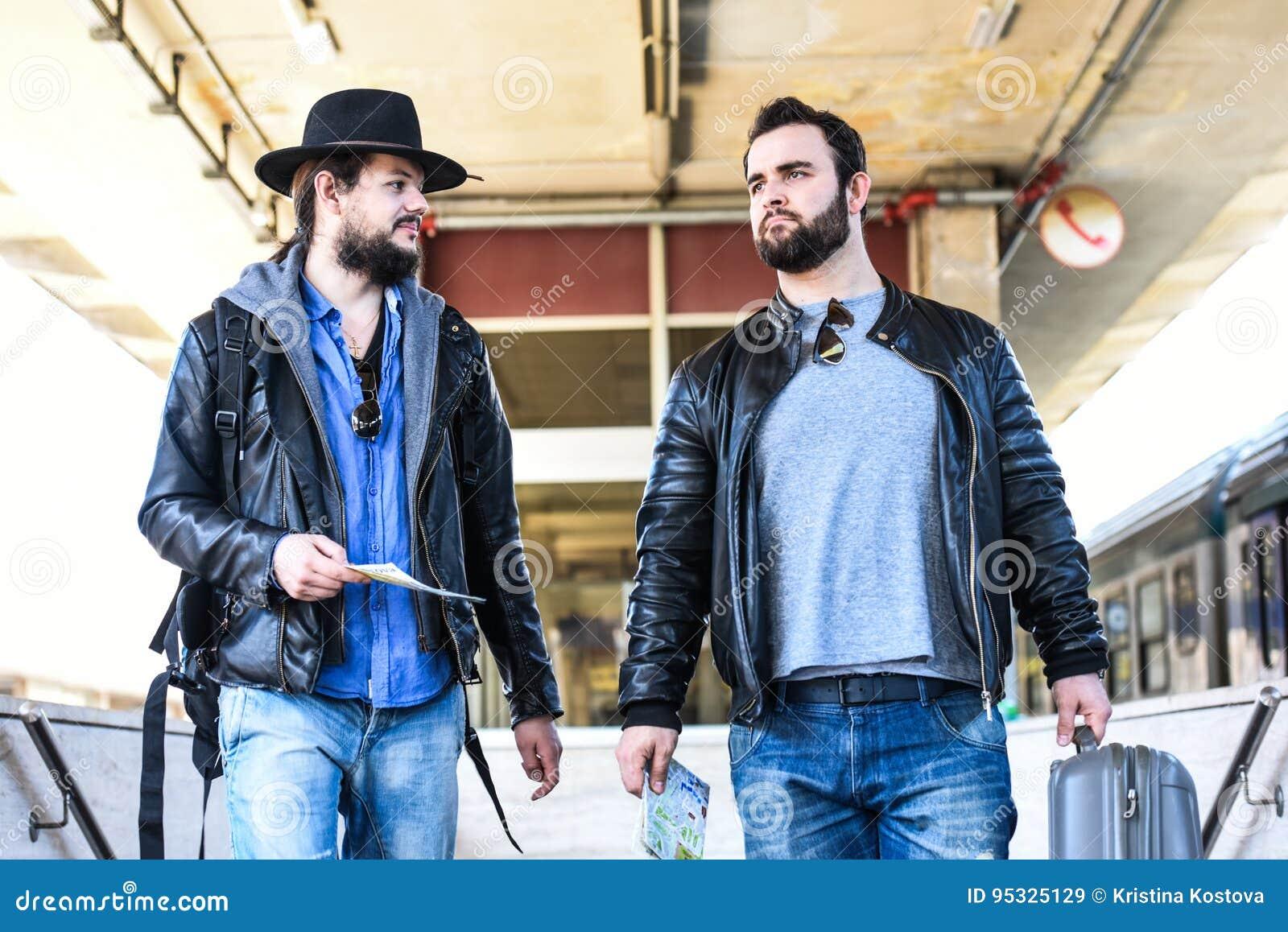 Δύο φίλοι περιμένουν το τραίνο που περνά τη σήραγγα