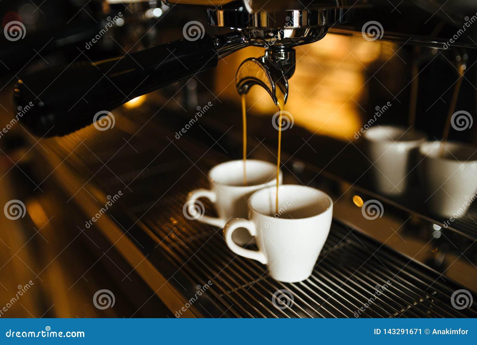 Δύο φλυτζάνια espresso στη μηχανή καφέ