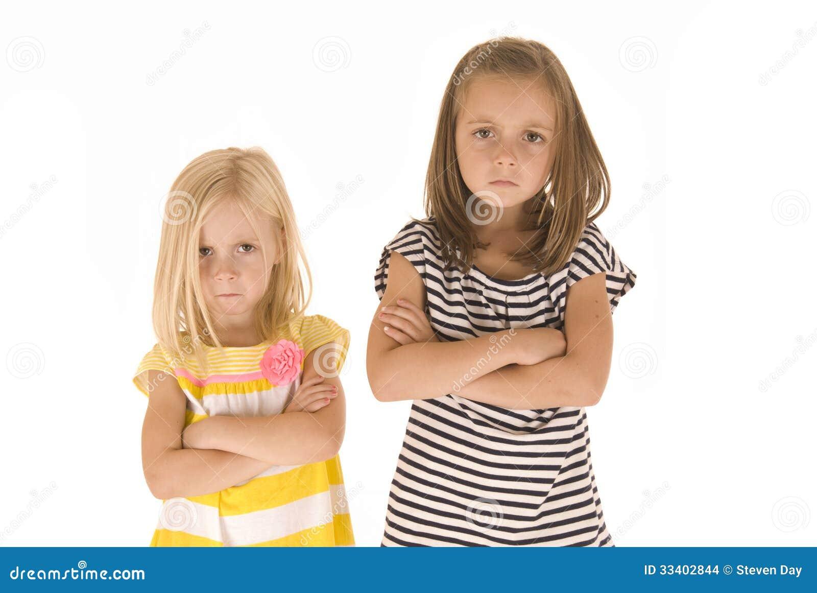 Δύο χαριτωμένα νέα κορίτσια τρελλά και που μουτρώνουν