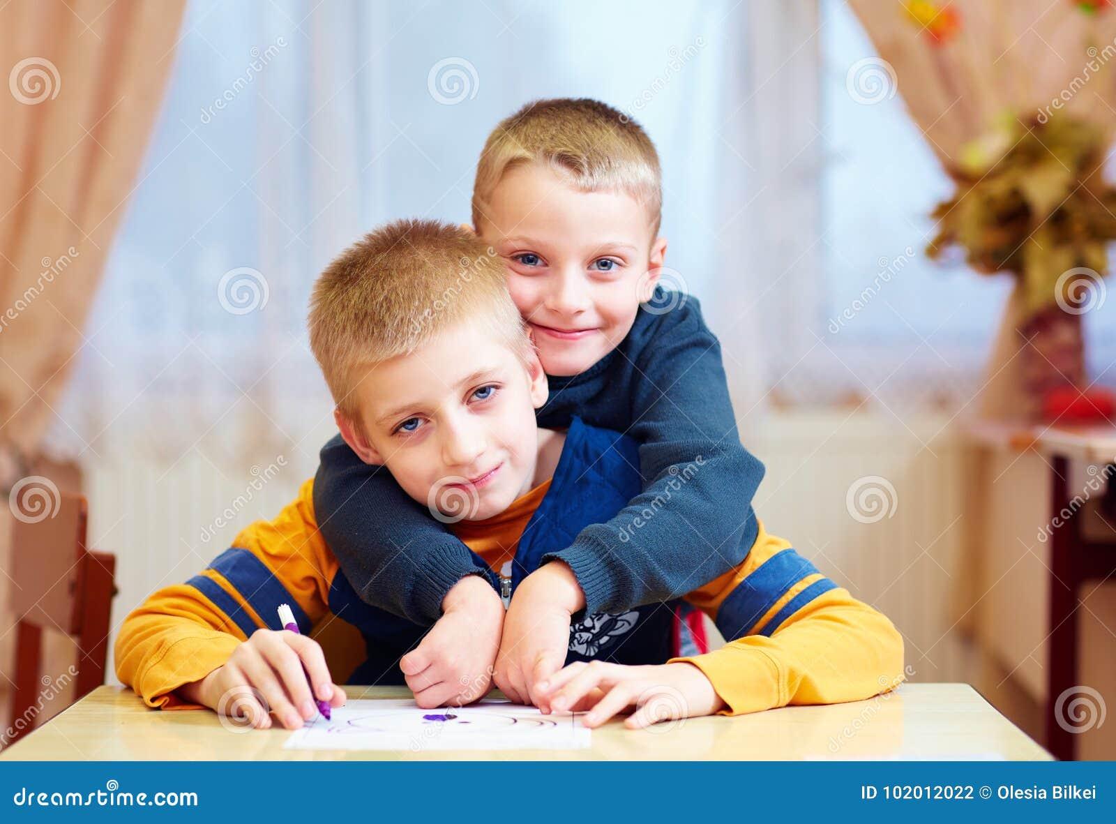fe7ffc39dc7 Δύο χαριτωμένα παιδιά αγοριών, φίλοι στο σχολείο αποκατάστασης για τα παιδιά  με ειδικές ανάγκες