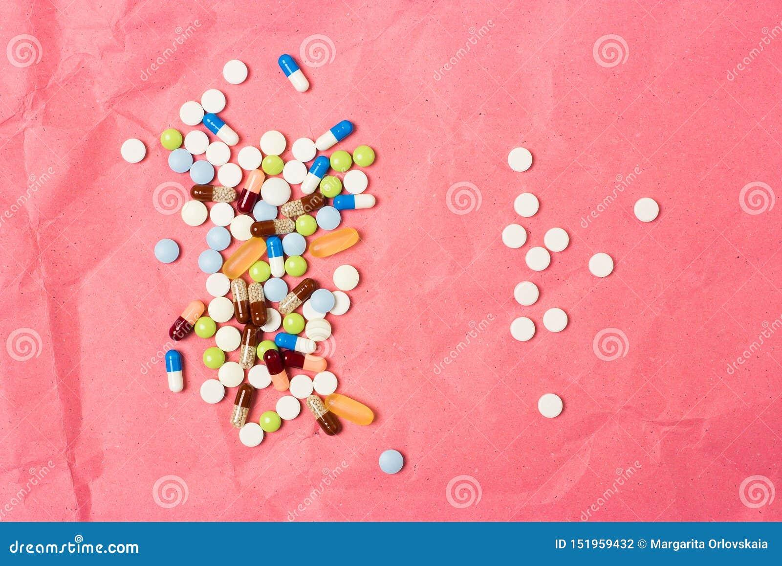 Δύο χούφτες των διεσπαρμένων φαρμάκων, των ταμπλετών και των καψών