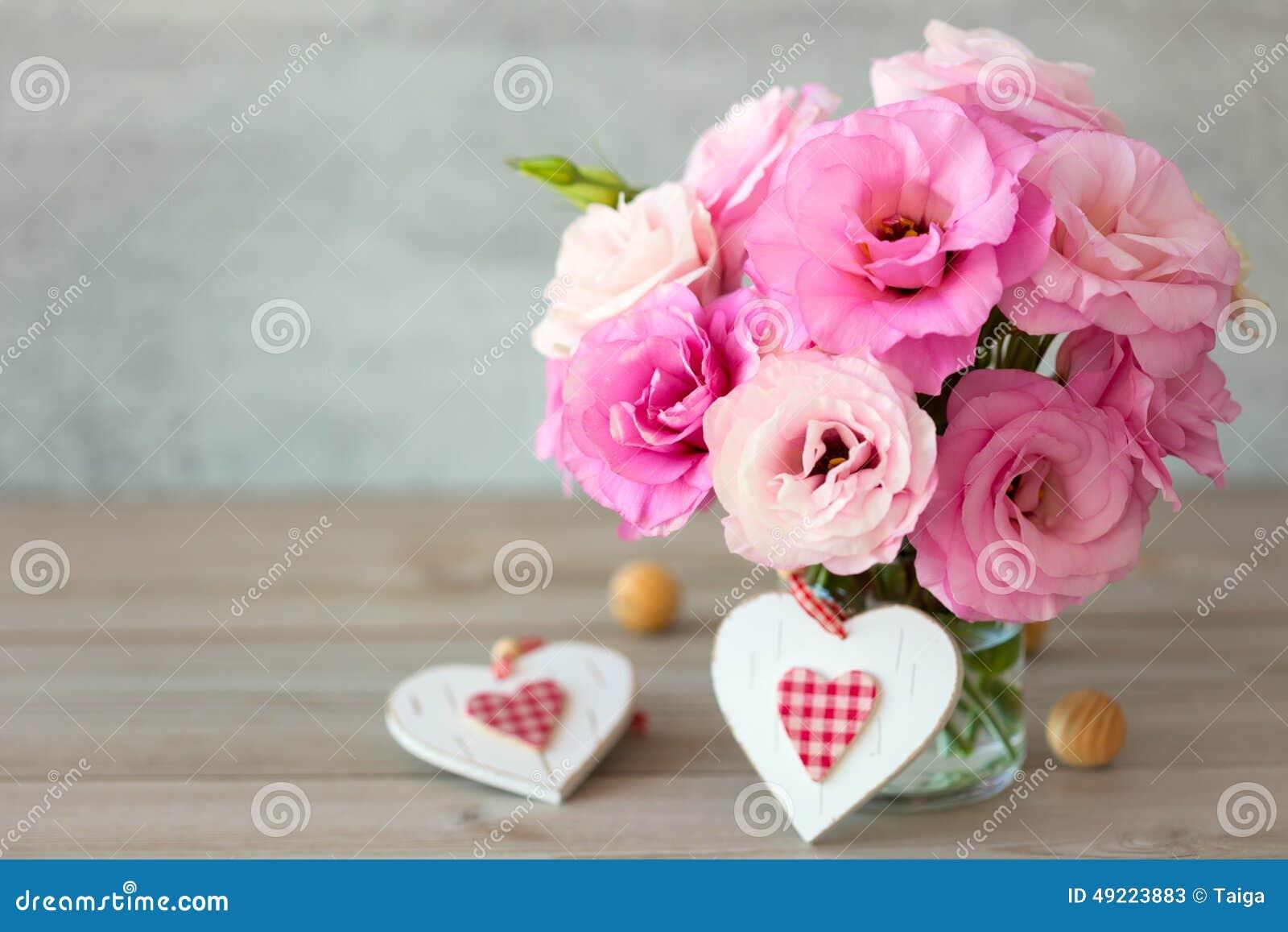 Δύο όμορφα λουλούδια του χειροποίητου βαλεντίνου καρδιές και