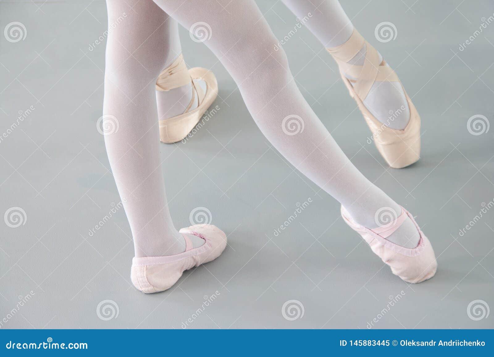 Δύο ballerinas στα παπούτσια μπαλέτου