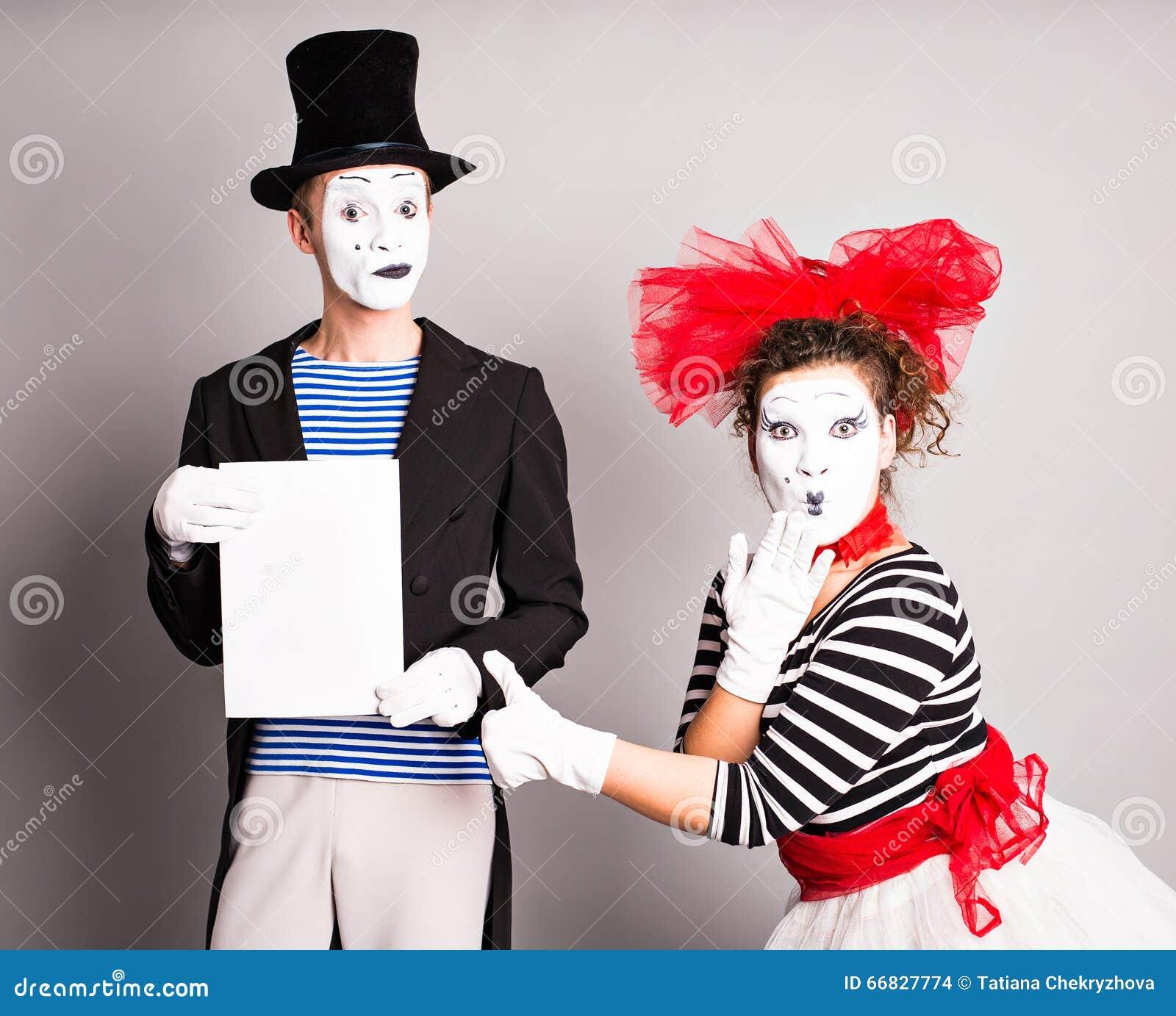 Δύο mimes με ένα σημάδι για τη διαφήμιση, έννοια ημέρας ανόητων Απριλίου