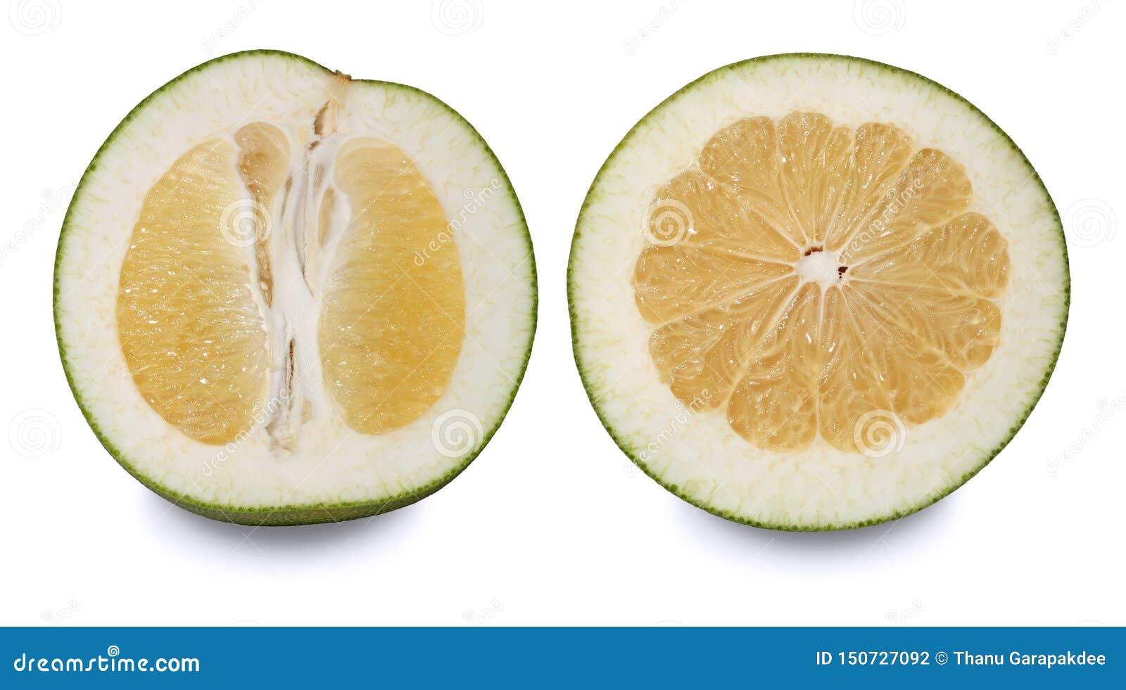 Δύο pomelos που κόβονται στο μισό