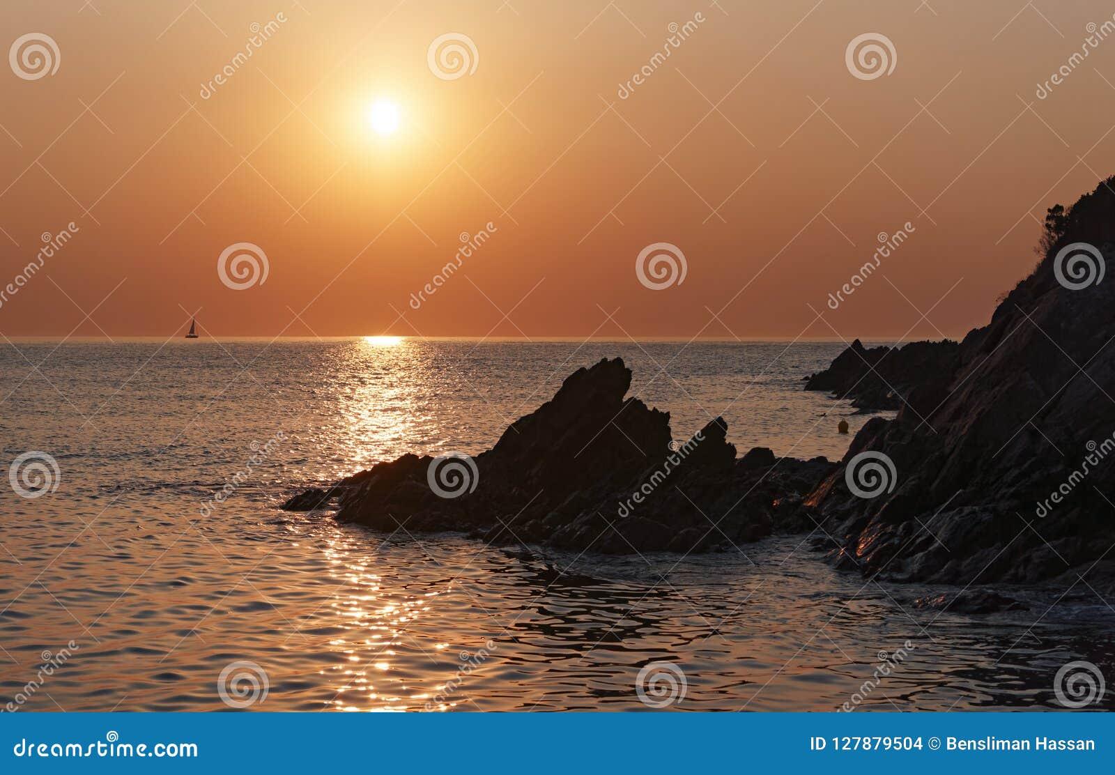 Δύσκολη ακτή Bravone στο νησί της Κορσικής