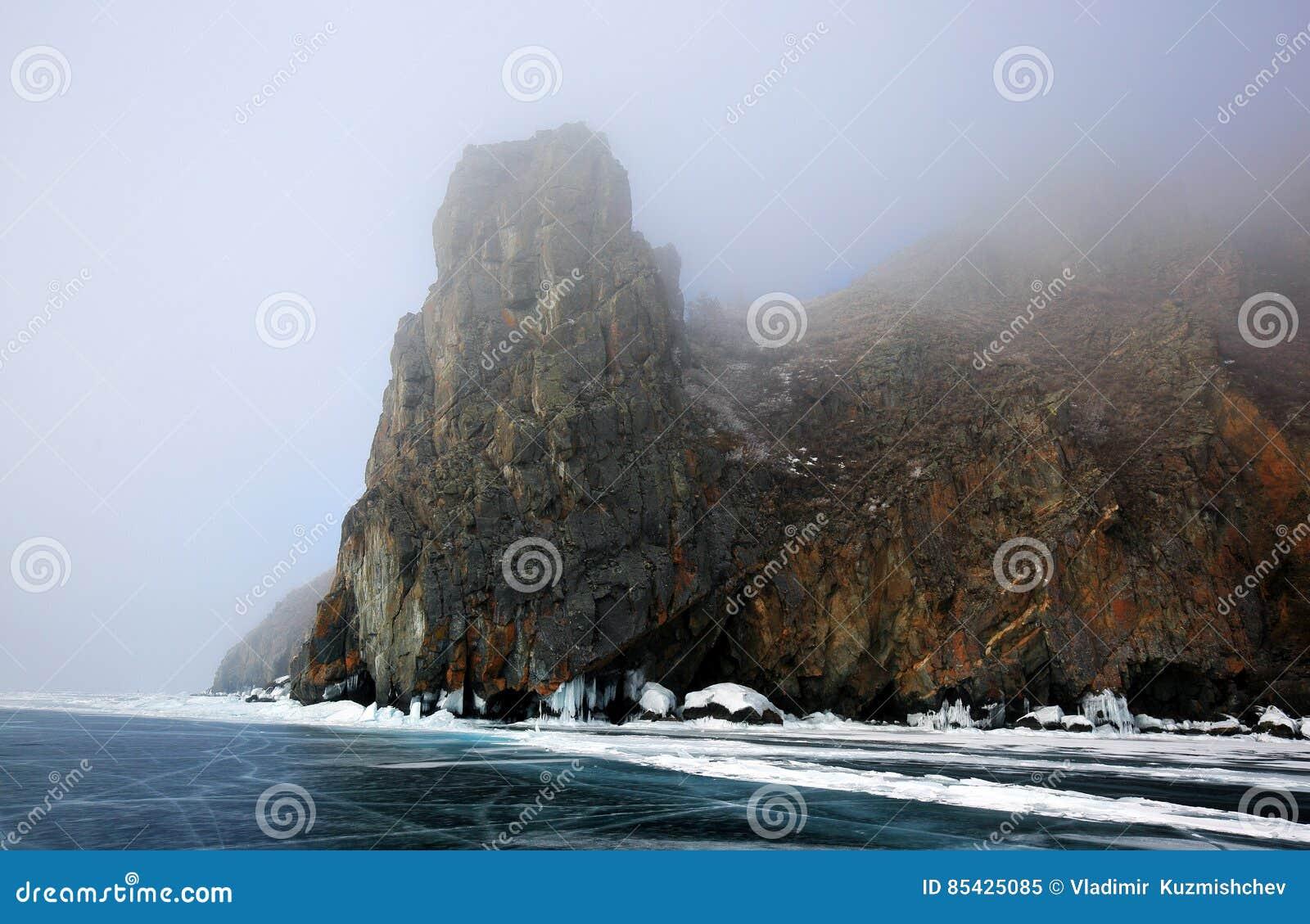 Δύσκολη ακτή της λίμνης Baikal στην ομίχλη το χειμώνα