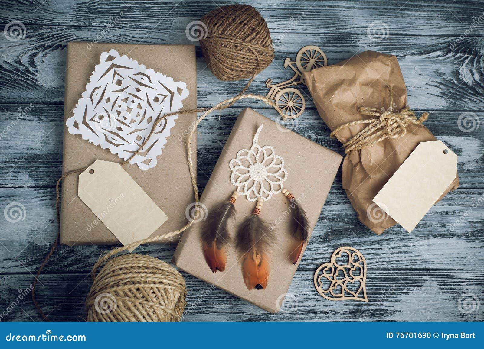 Δώρα Χριστουγέννων στο ξύλινο υπόβαθρο