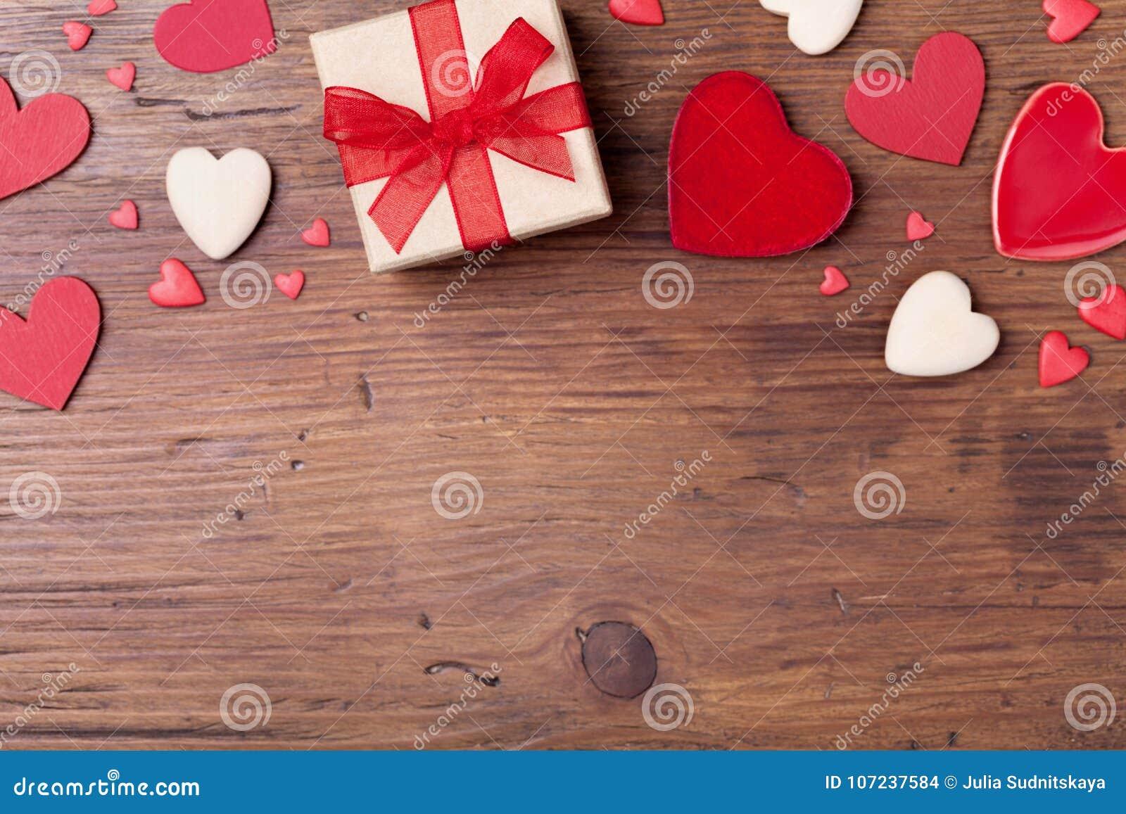Δώρο ή παρόν κιβώτιο και μικτές καρδιές για το υπόβαθρο ημέρας βαλεντίνων Τοπ όψη Διάστημα αντιγράφων για το κείμενο χαιρετισμού