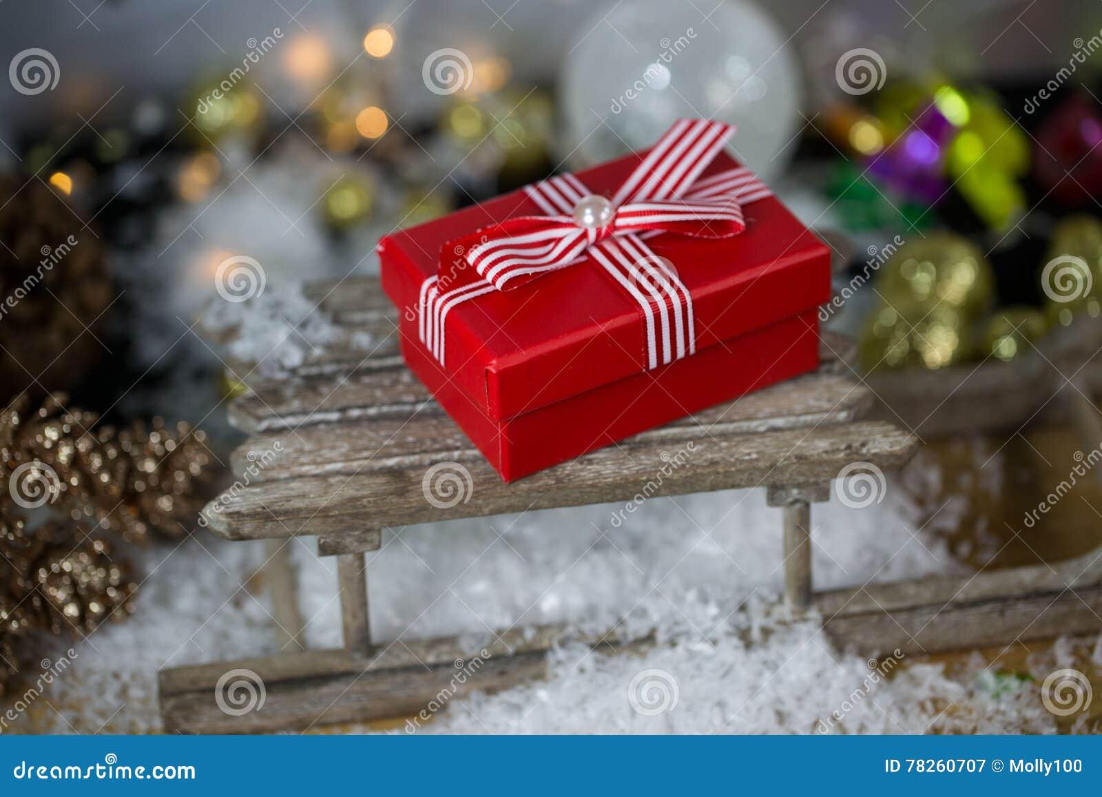 Δώρο Χριστουγέννων με τις σφαίρες χριστουγεννιάτικων δέντρων,