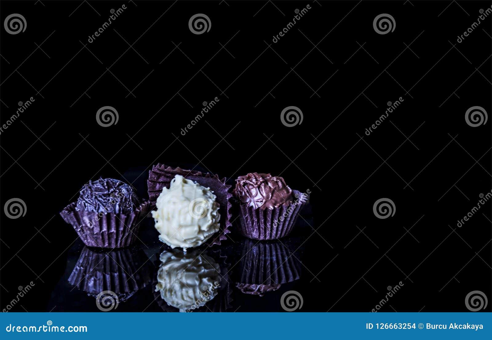 Είδος τρία των σοκολατών σε έναν μαύρο πίνακα,