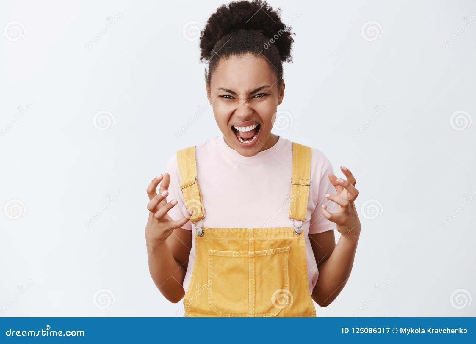 Είμαι πηγαίνοντας έμφραξη εσείς με τα γυμνά χέρια Το πορτρέτο υ και η συγκινητική γυναίκα αφροαμερικάνων καθιερώνοντα τη μόδα σε