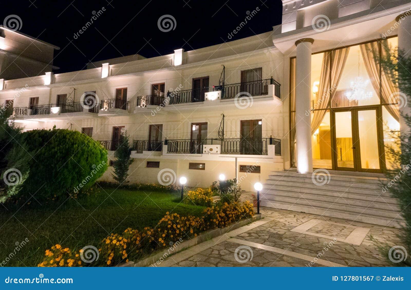 Είσοδος ξενοδοχείων πολυτελείας, τη νύχτα