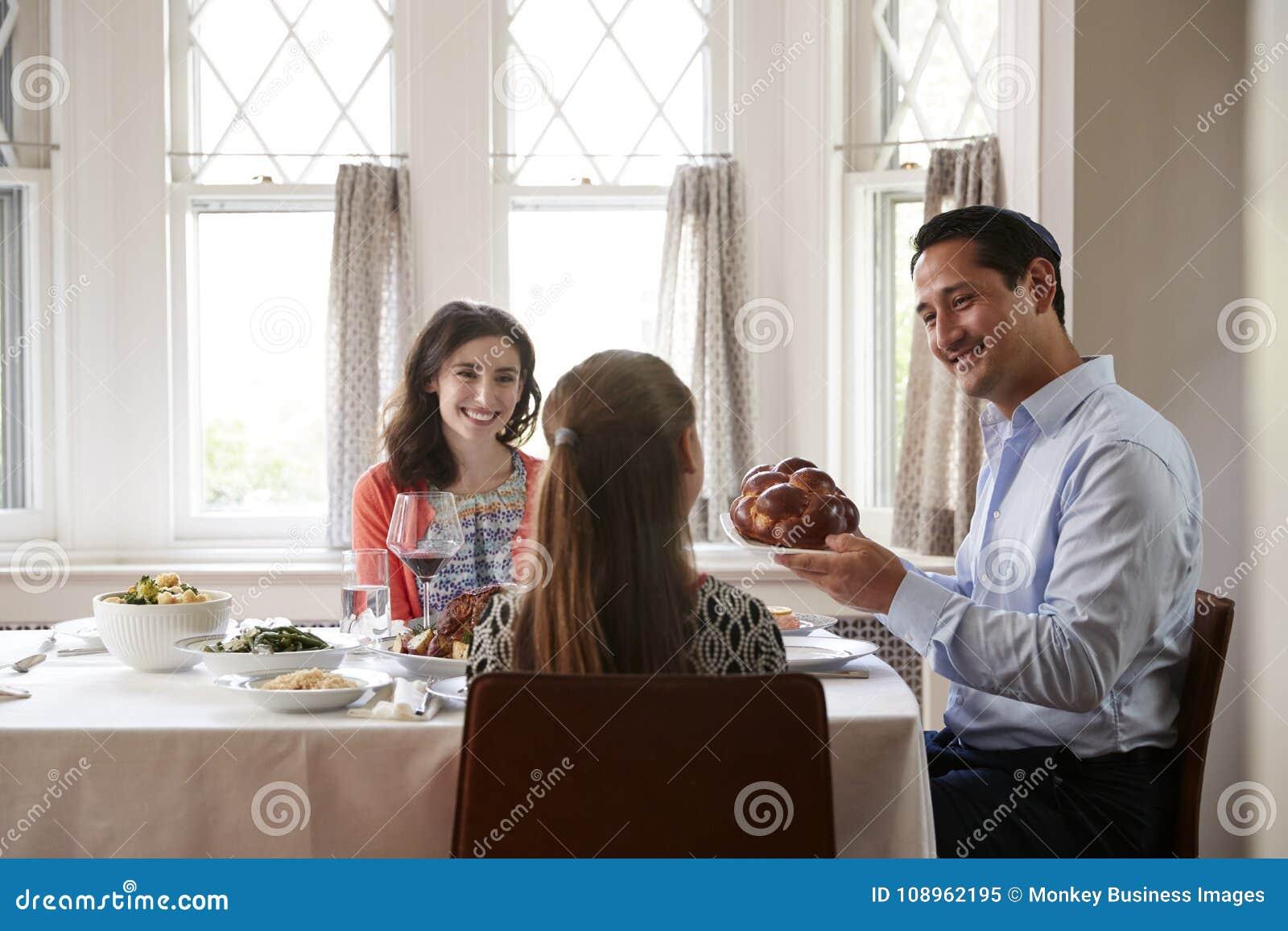 Εβραϊκό ψωμί εκμετάλλευσης ατόμων challah στο γεύμα Shabbat με την οικογένεια
