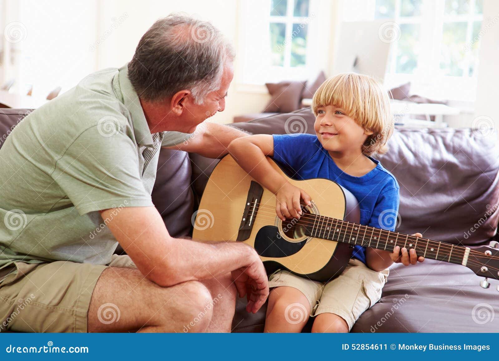 Εγγονός διδασκαλίας παππούδων για να παίξει την κιθάρα