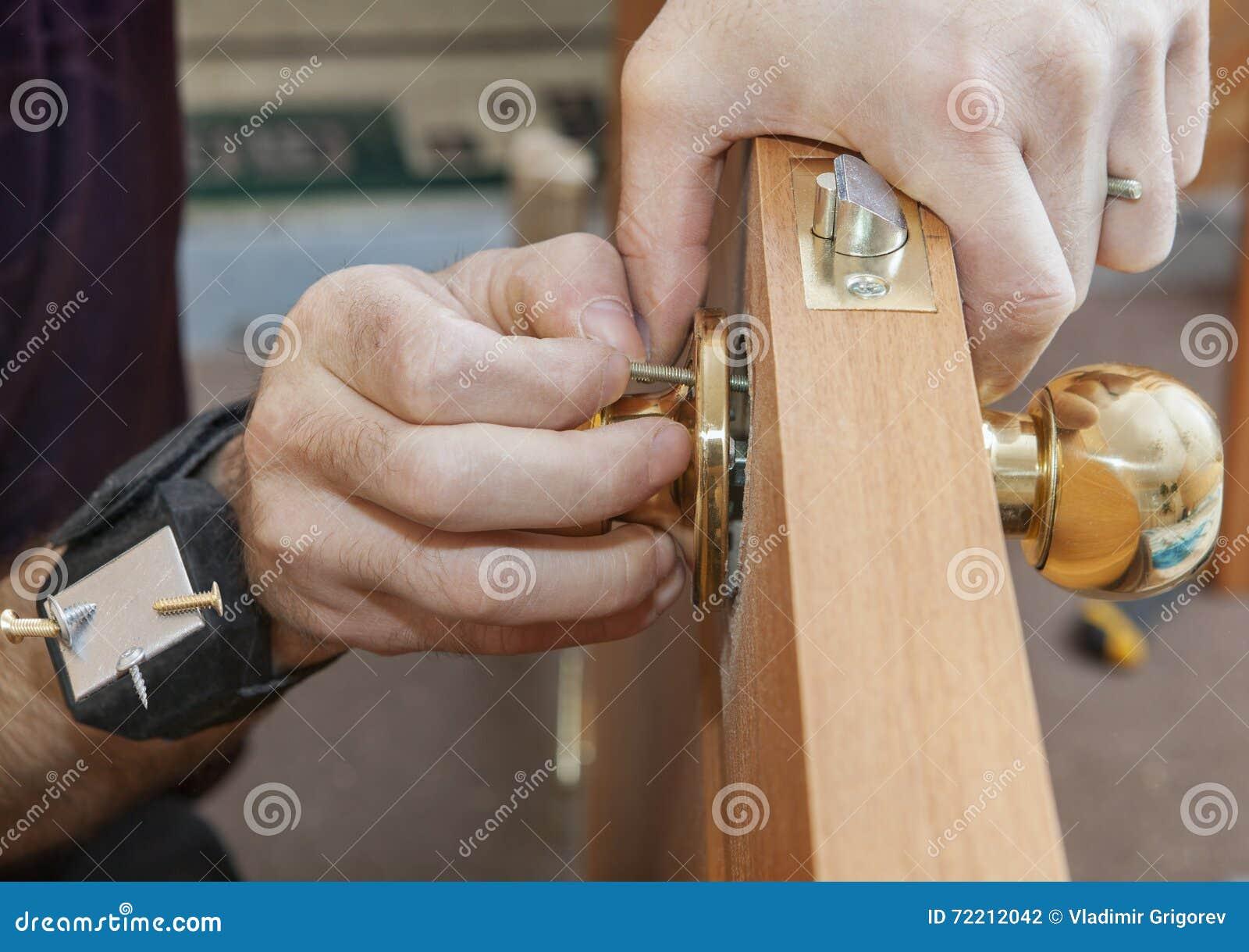 Εγκαθιστώντας την εσωτερική πόρτα, ο ξυλουργός εγκαθιστά τη χρησιμοποίηση εξογκωμάτων μαγνητική