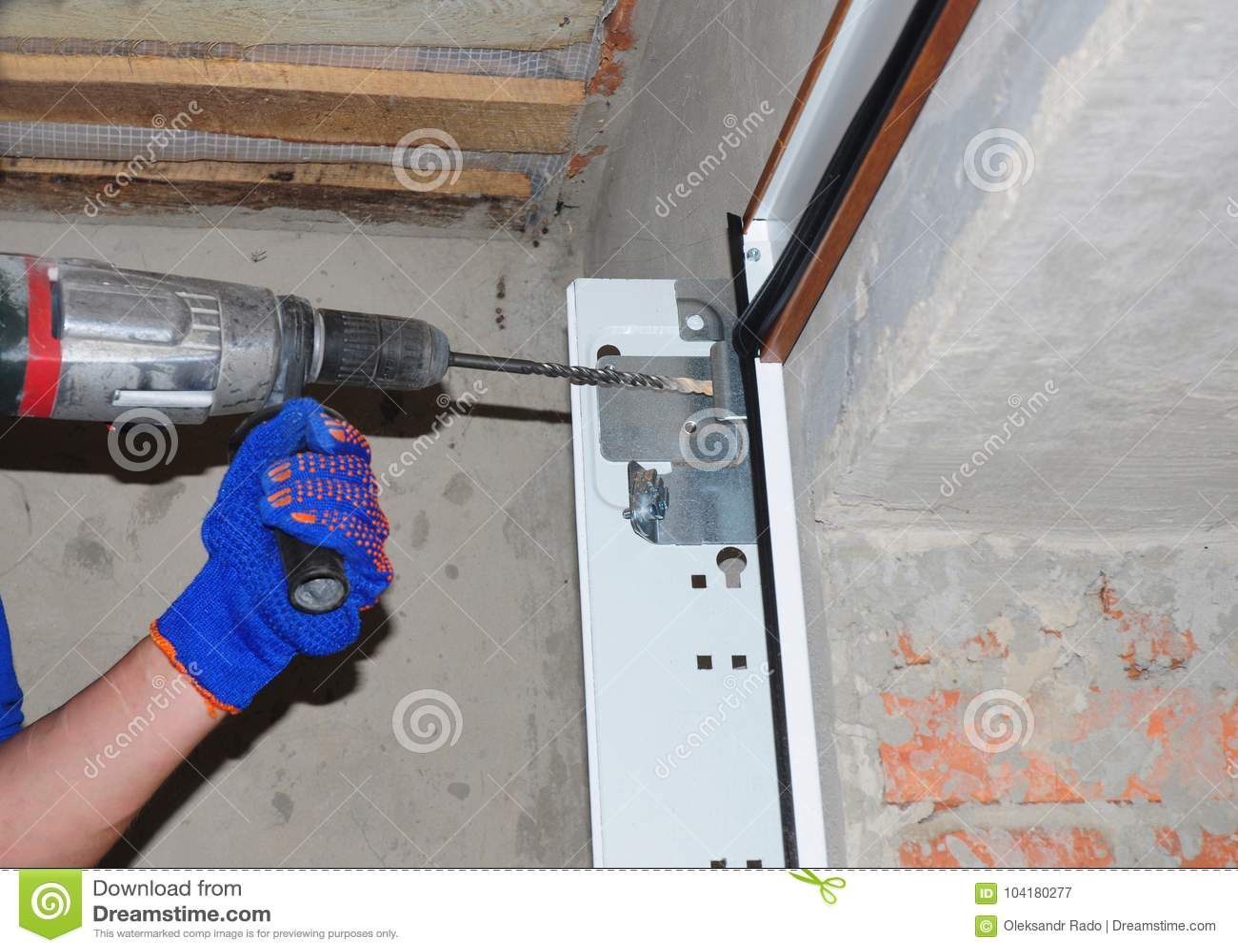 Εγκατάσταση & αντικατάσταση πορτών γκαράζ Εγκαταστήστε την πόρτα γκαράζ & την τρυπώντας με τρυπάνι τρύπα για τις ανοίξεις πορτών