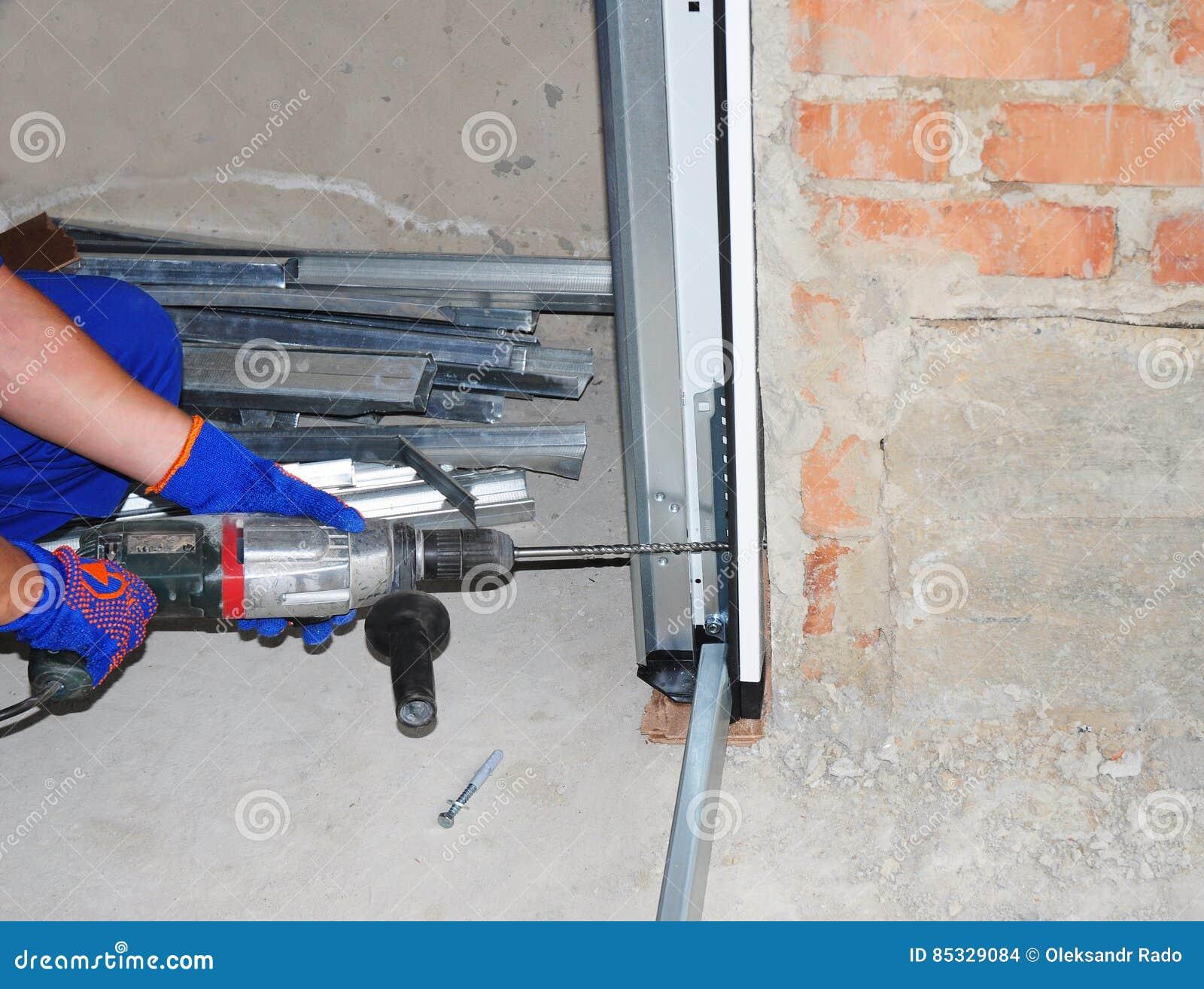 Εγκατάσταση & αντικατάσταση πορτών γκαράζ Εγκαταστήστε το ανοιχτήρι πορτών γκαράζ & πορτών γκαράζ Πώς να εγκαταστήσει μια πόρτα γ