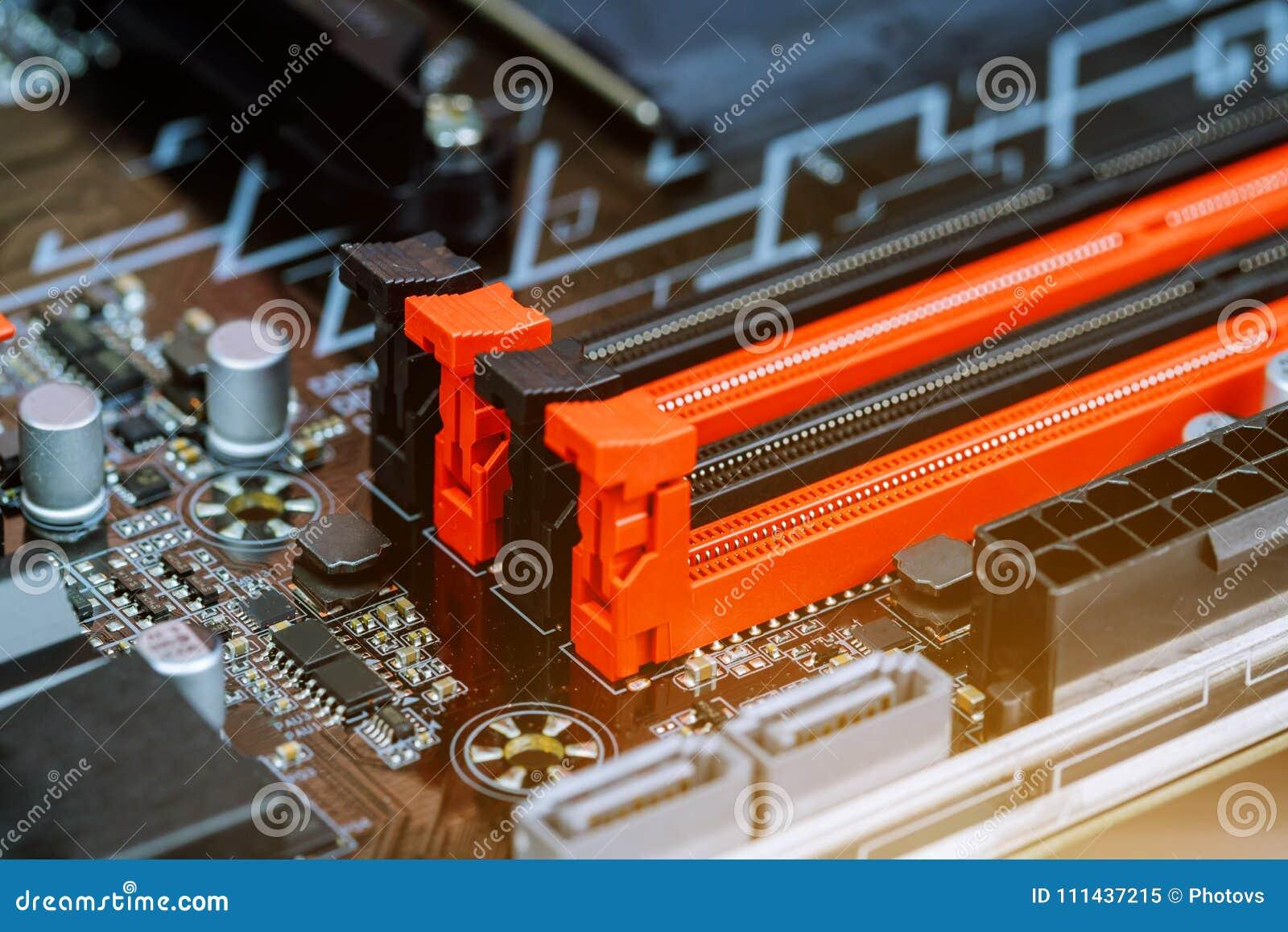 Εγκατάσταση της μνήμης υπολογιστών που εγκαθιστά τον κριό υπολογιστών στη μητρική κάρτα