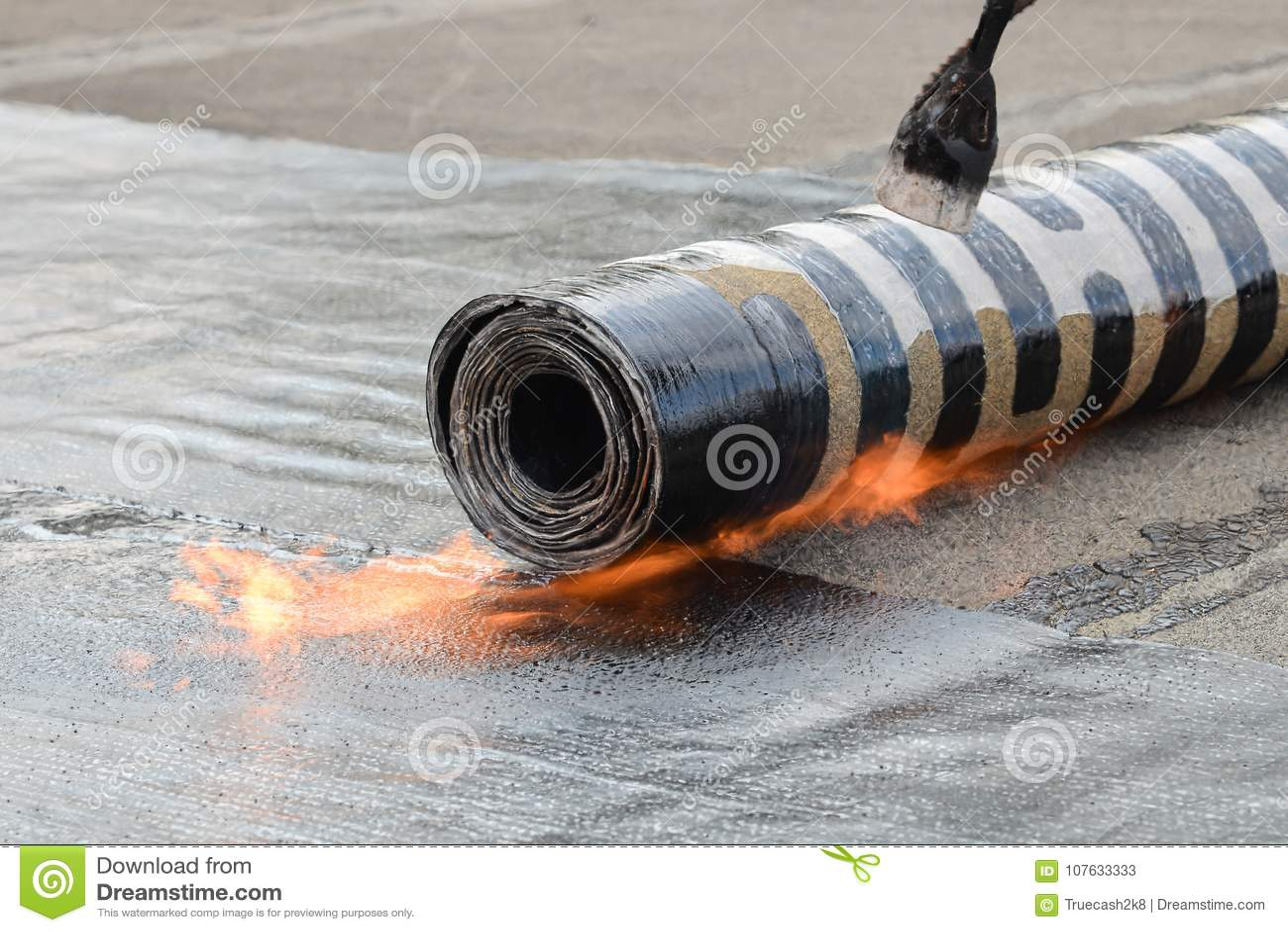 Εγκατάσταση υλικού κατασκευής σκεπής που γίνεται αισθητή με τη θέρμανση και την τήξη του ρόλου πίσσας από το φανό στη φλόγα, βλασ