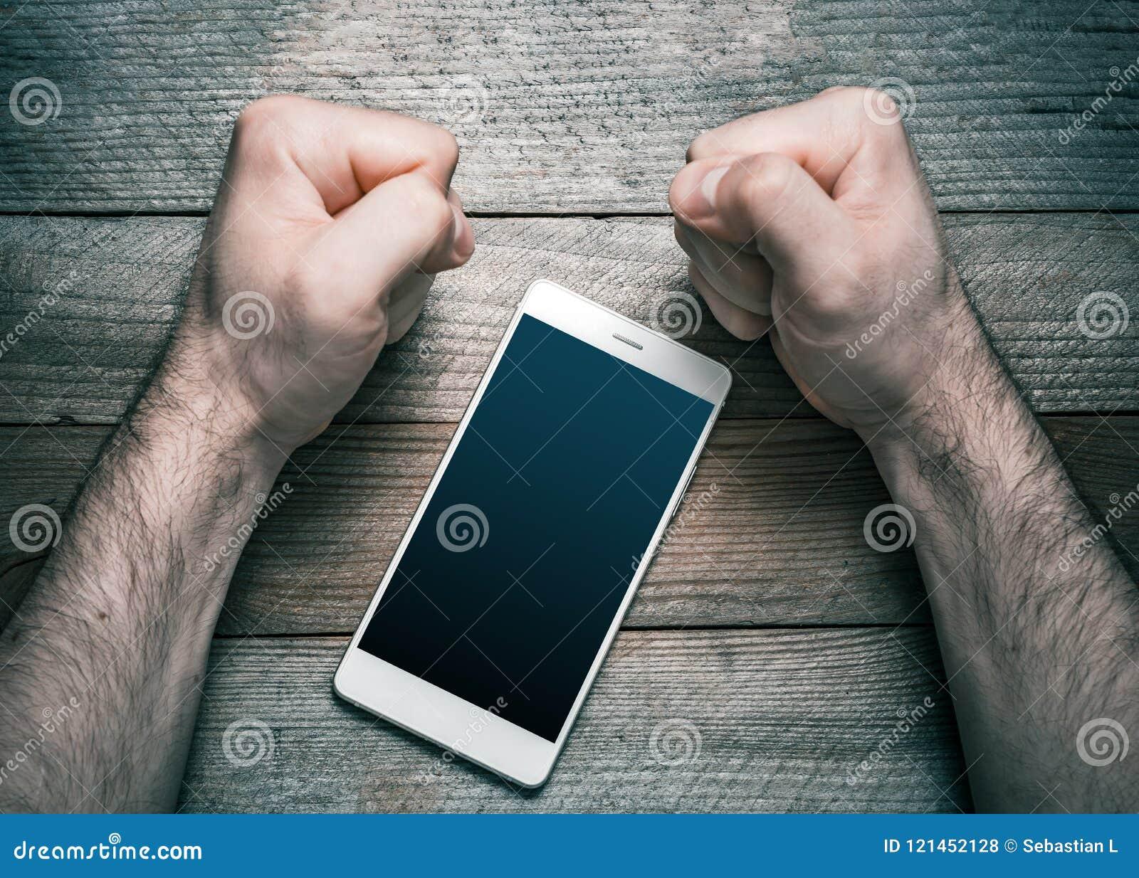 Εγκαταλείψτε Smartphone ή η κοινωνική έννοια μέσων με ένα άσπρο κινητό τηλέφωνο που περιβλήθηκε από 2 τόνισε να φανεί σφιγγμένες