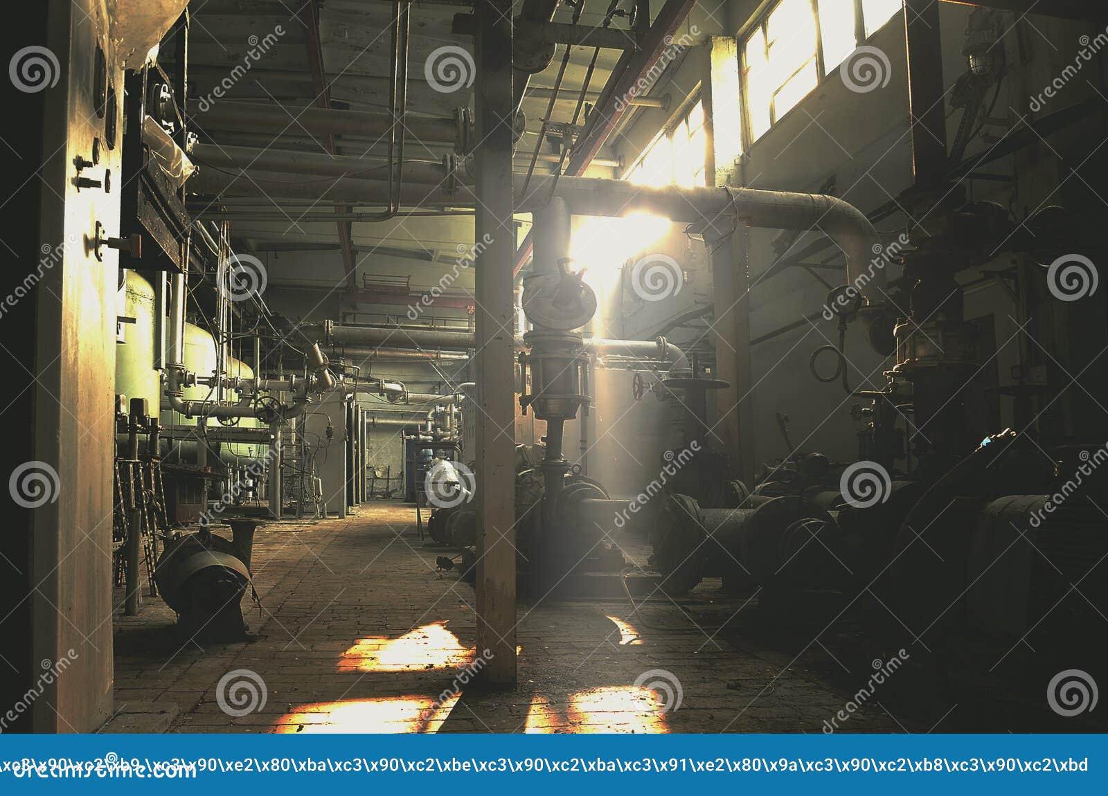Εγκαταλειμμένο, εκλεκτής ποιότητας κτήριο εργοστασίων στο φως του ήλιου πρωινού