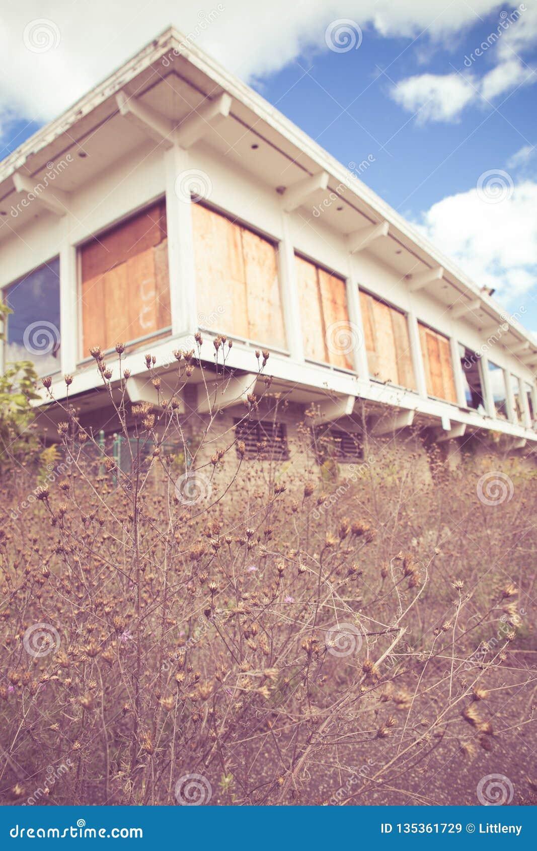 Εγκαταλειμμένο κτήριο ξενοδοχείων με το εκλεκτής ποιότητας mid-century σύγχρονο αρχιτεκτονικό ύφος