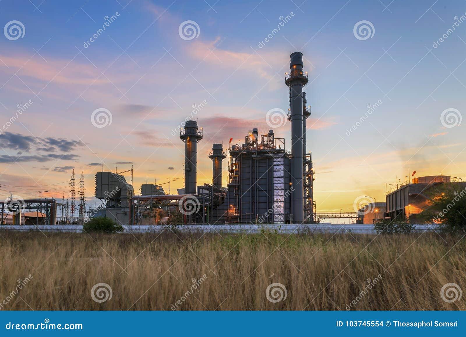 Εγκαταστάσεις ηλεκτρικής δύναμης στροβίλων αερίου στο σούρουπο με το μπλε ουρανό