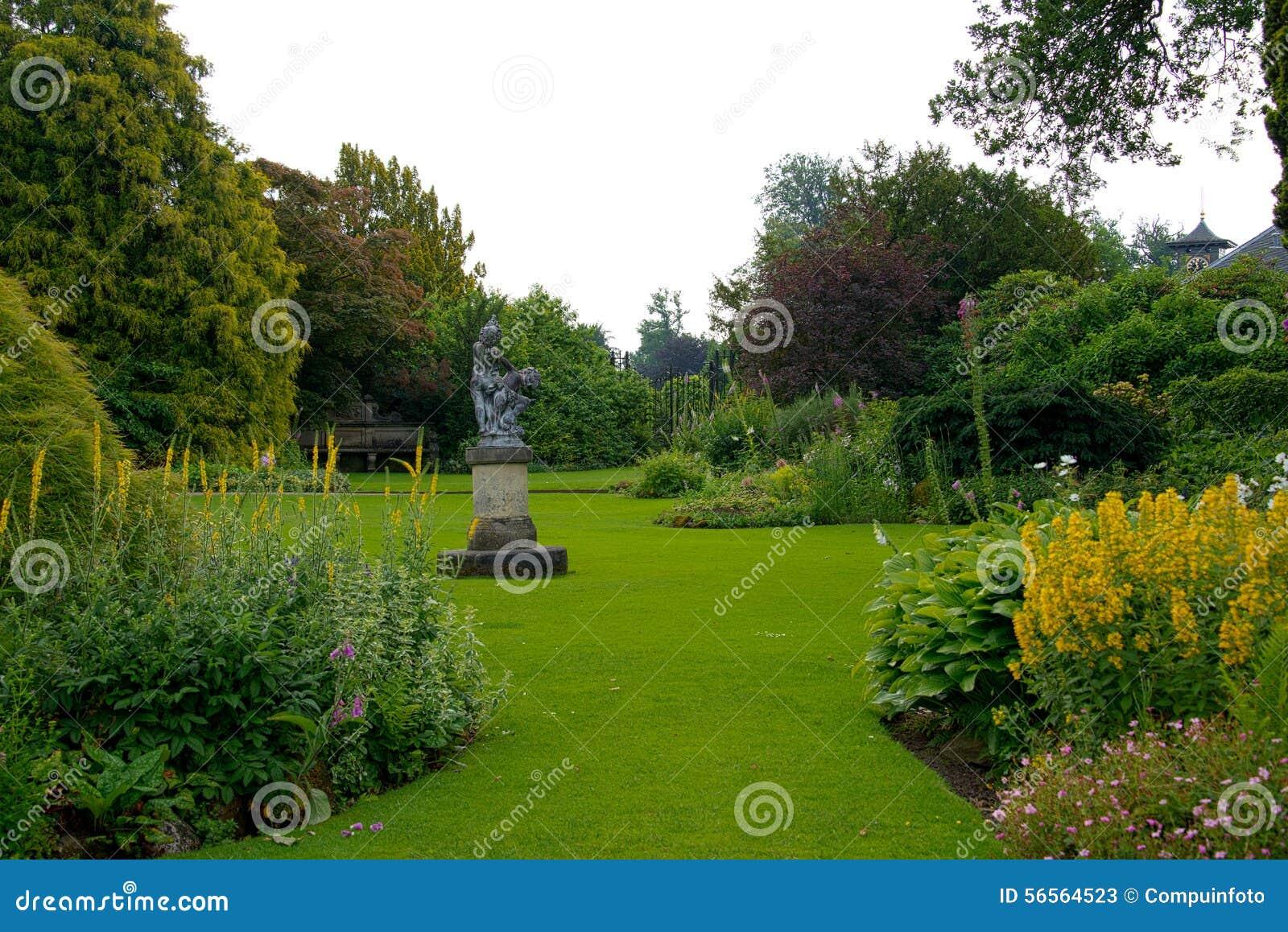 Εγκαταστάσεις και λουλούδια στον κήπο