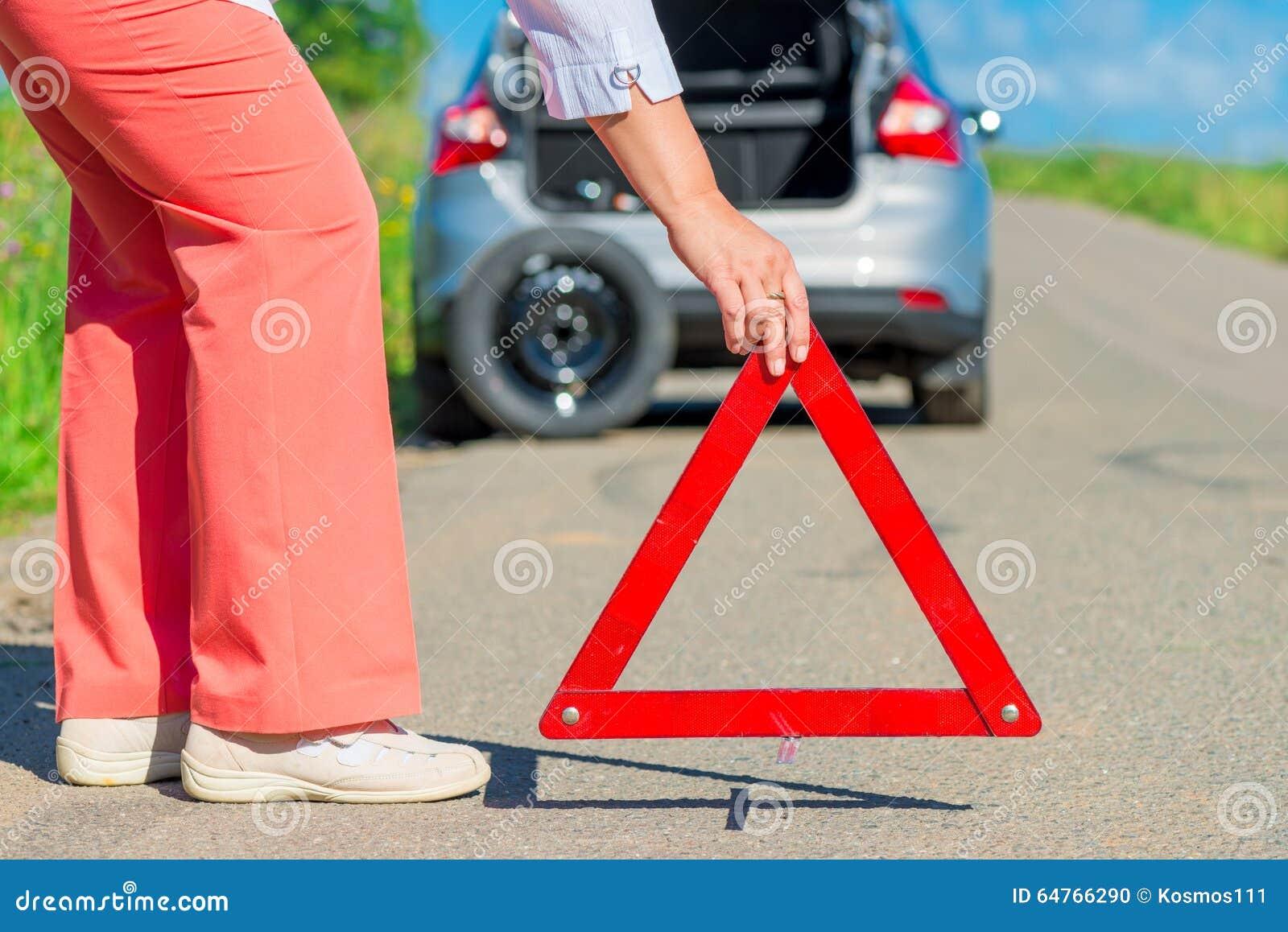 Εγκαταστήστε ένα σημάδι στάσεων έκτακτης ανάγκης στο πεζοδρόμιο